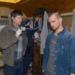Chris (Eric Stehfest, r.) gerät in Bedrängnis, als plötzlich Falk Sauer (Thomas G. Hinze) von der Polizei vor der Tür steht und mit seinen Leuten seine Bleibe durchsucht... (Quelle: RTL / Rolf Baumgartner)
