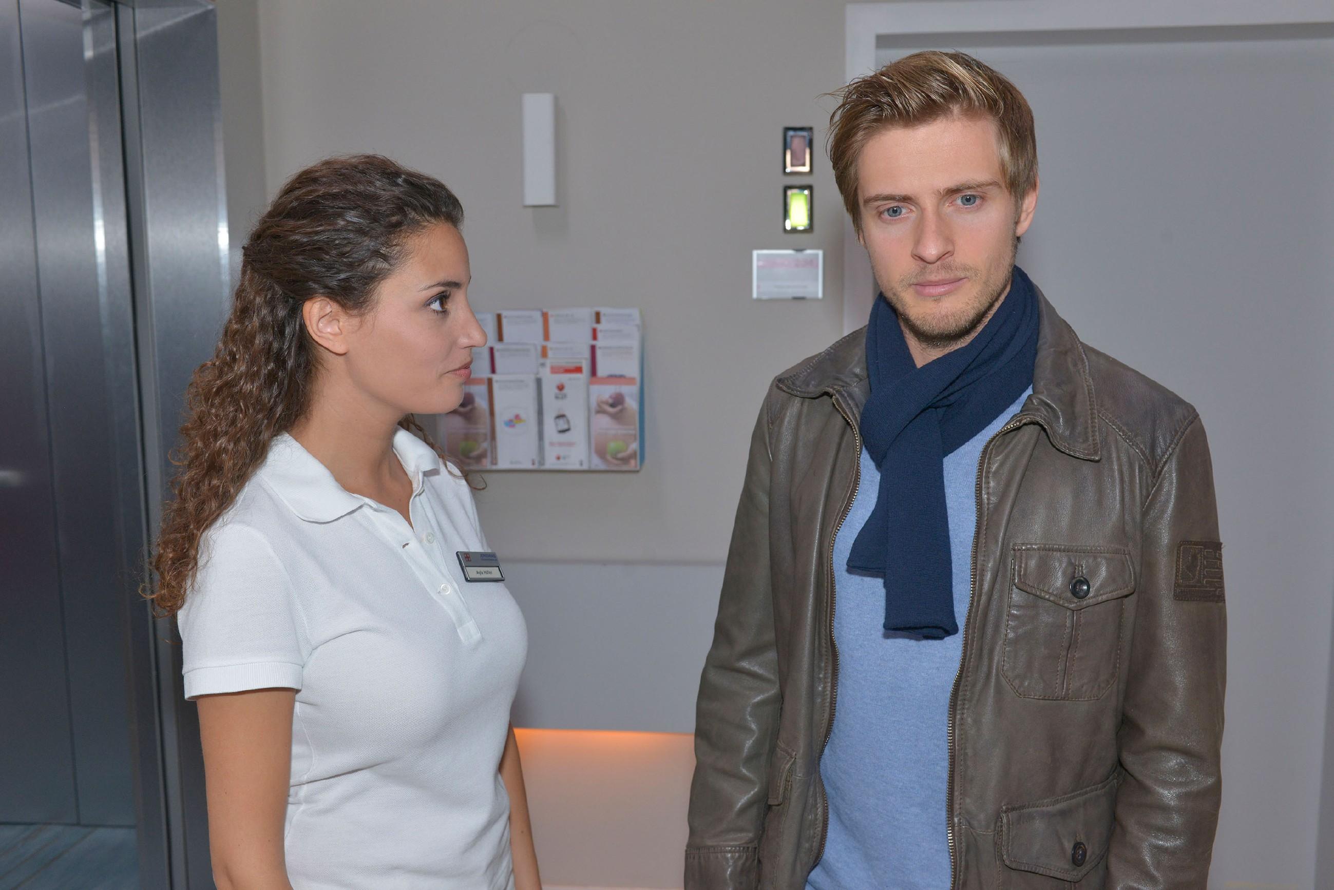 Ayla (Nadine Menz) spürt, wie sehr Philip (Jörn Schlönvoigt) mit seinen Schuldgefühlen wegen Elena kämpft. (Quelle: RTL / Rolf Baumgartner)