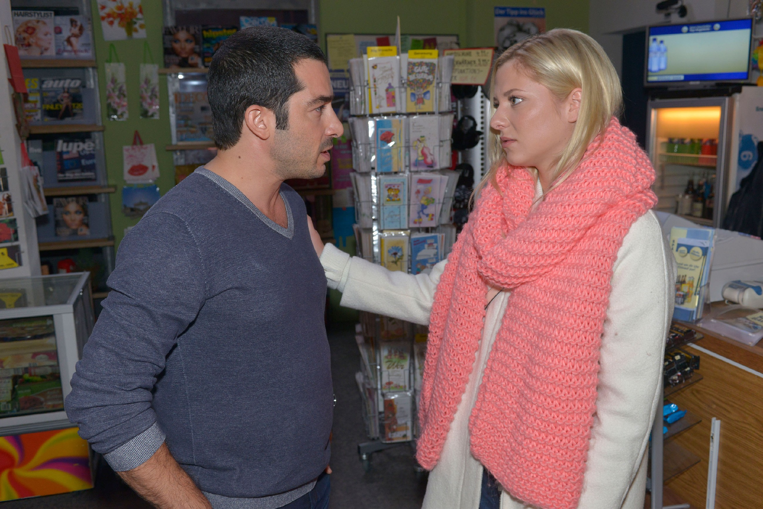Sunny (Valentina Pahde) versucht zwischen Tayfun (Tayfun Baydar) und Leon zu vermitteln. (Quelle: RTL / Rolf Baumgartner)