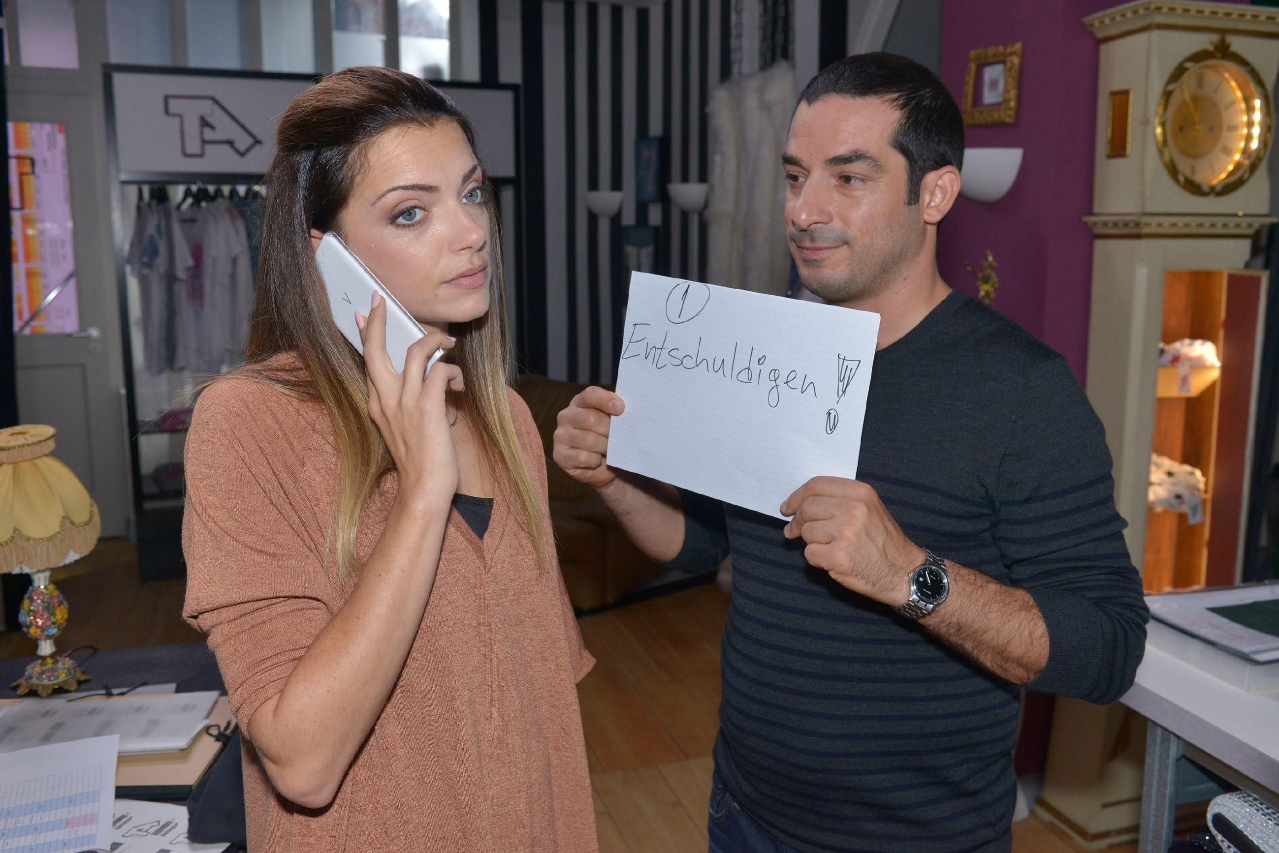 Tayfun (Tayfun Baydar) kann Emily (Anne Menden) davon überzeugen, sich bei der Näherei zu entschuldigen. (Quelle: RTL / Rolf Baumgartner)