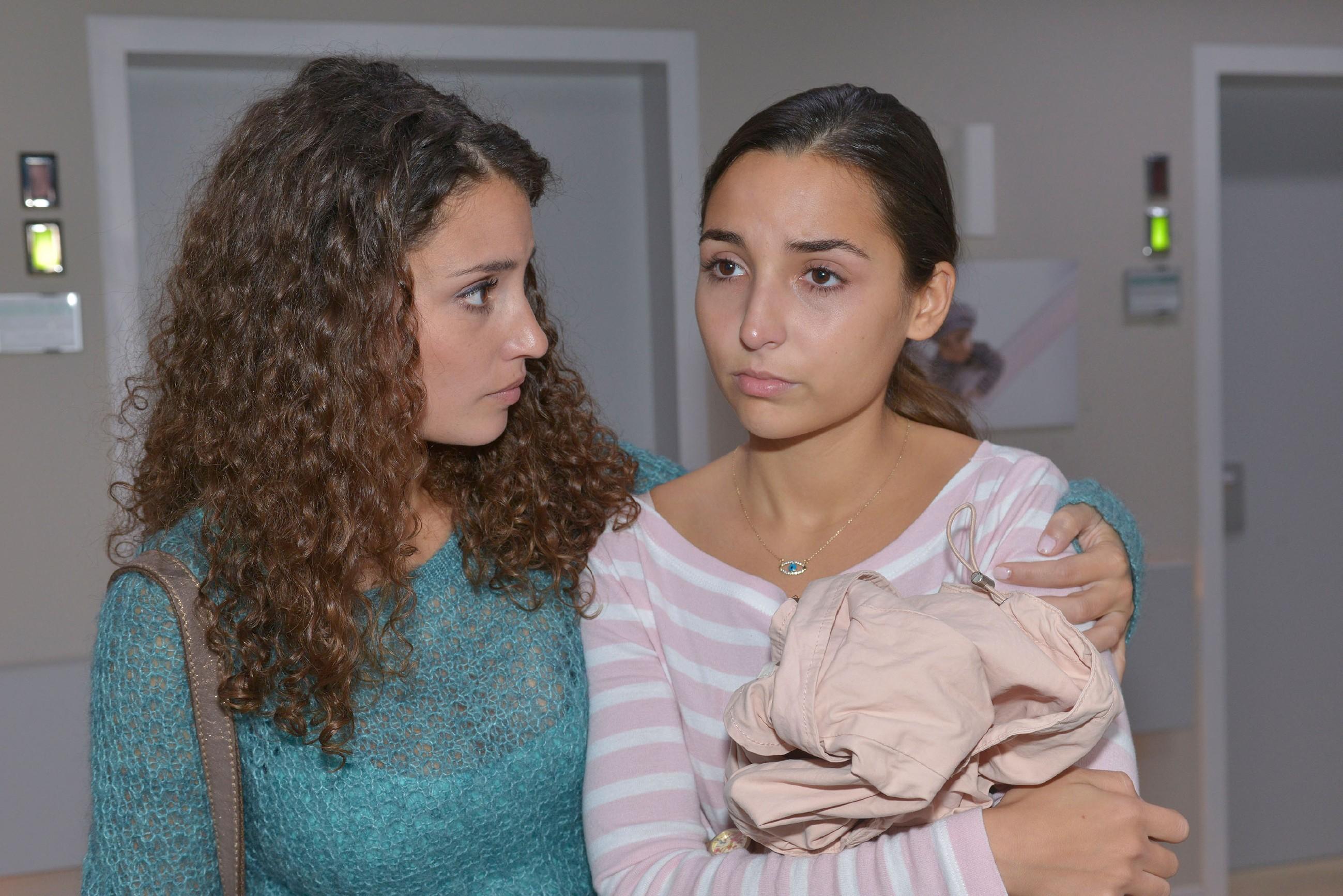 Ayla (Nadine Menz) stellt betroffen fest, dass Selma (Rona Özkan) sie aus mangelndem Vertrauen angelogen hat. (Quelle: RTL / Rolf Baumgartner)