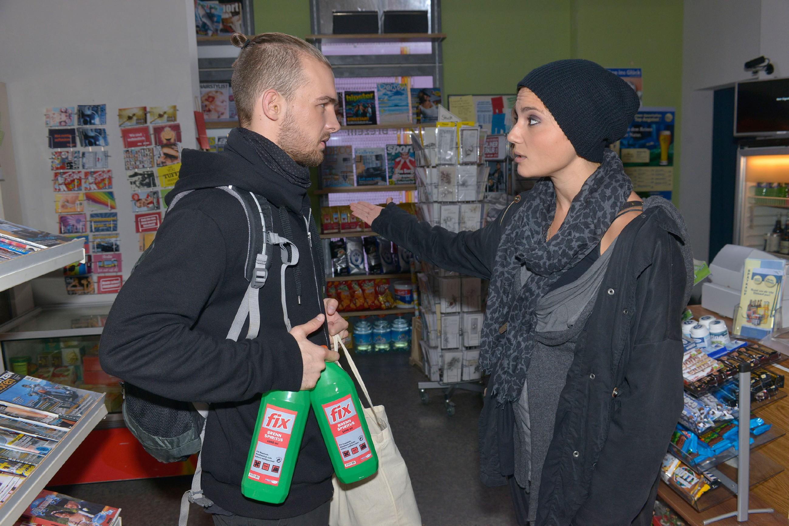Anni (Linda Marlen Runge) ist alamiert, als sie mitbekommt, dass Chris (Eric Stehfest) mit Gewalt gegen das Projekt von Gerner vorgehen will. (Quelle: RTL / Rolf Baumgartner)