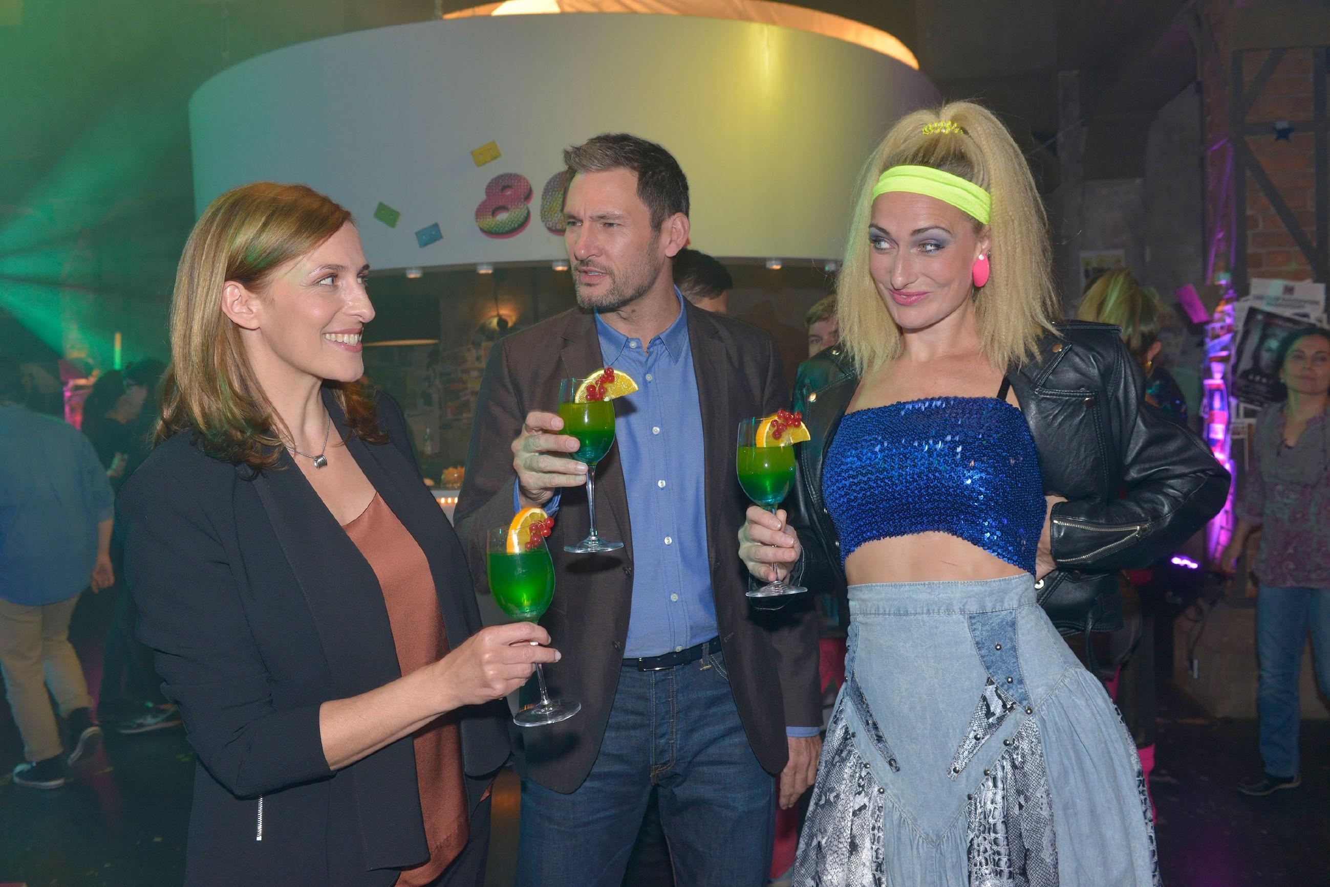 Maren (Eva Mona Rodekirchen), Frederic (Dieter Bach) und Katrin (Ulrike Frank) vergnügen sich auf einer 80er Jahre Party im Mauerwerk. (Quelle: RTL / Rolf Baumgartner)
