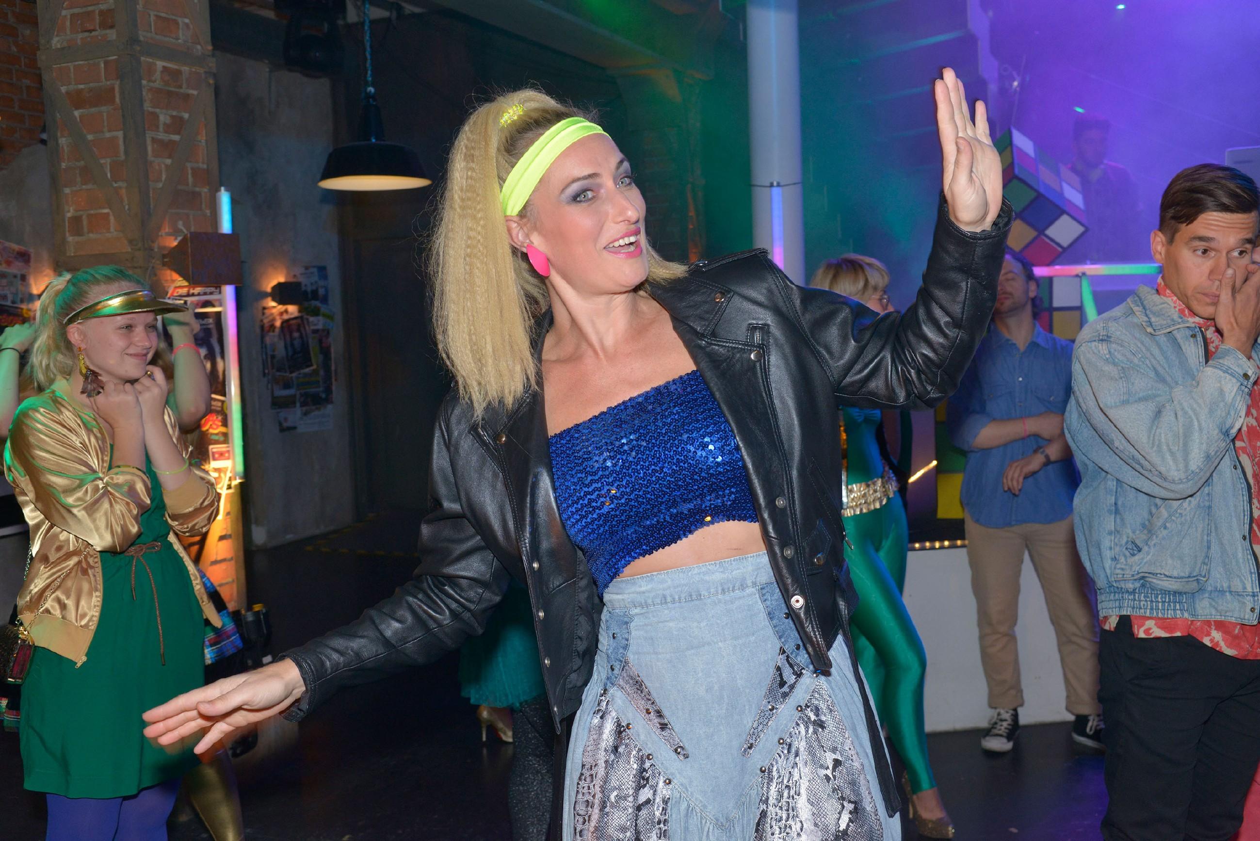 Maren (Eva Mona Rodekirchen) hat auf der 80er Jahre Party im Mauerwerk viel Spaß. (Quelle: RTL / Rolf Baumgartner)