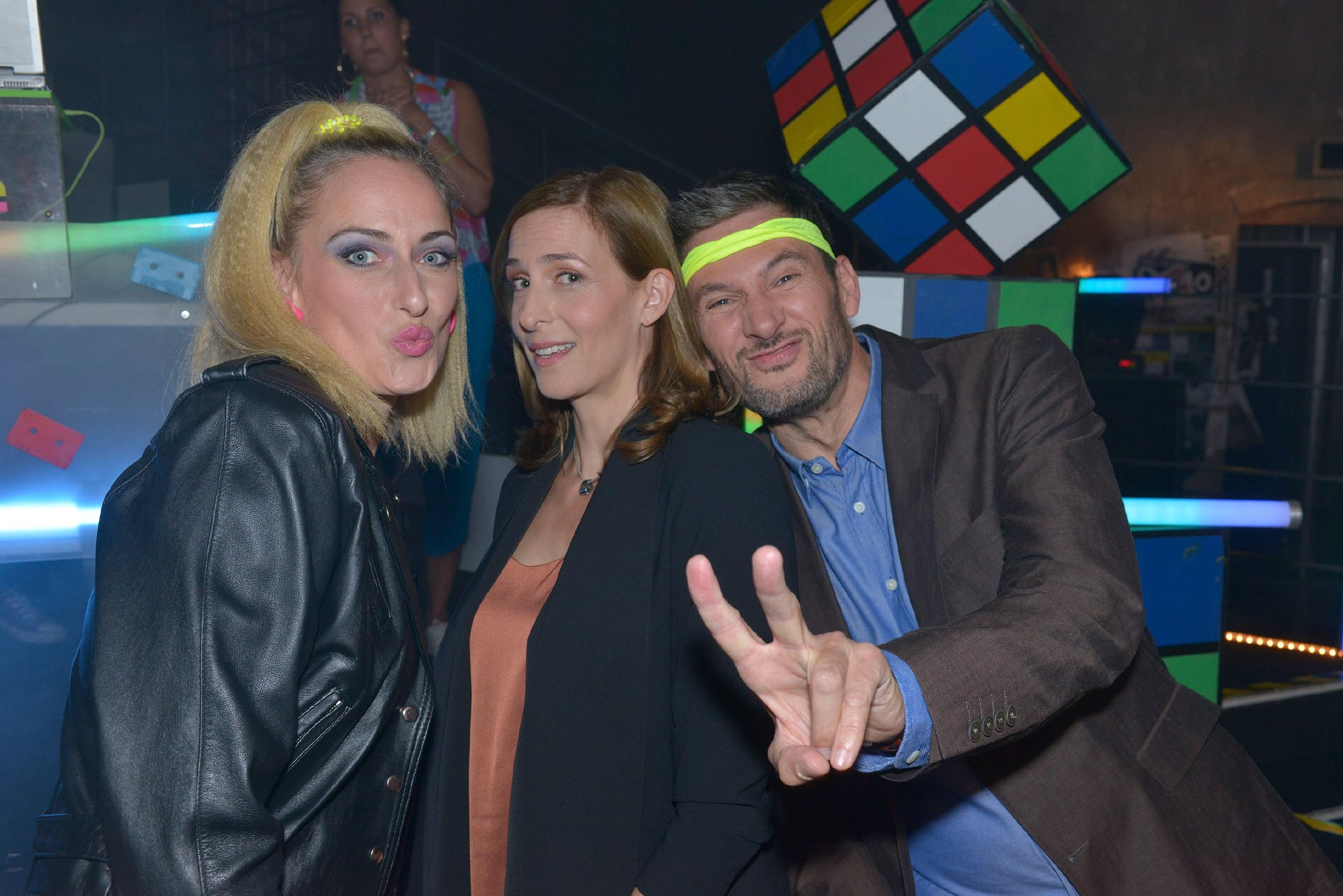 Maren (Eva Mona Rodekirchen, l.), Frederic (Dieter Bach) und Katrin (Ulrike Frank) vergnügen sich auf einer 80er Jahre Party im Mauerwerk. (Quelle: RTL / Rolf Baumgartner)