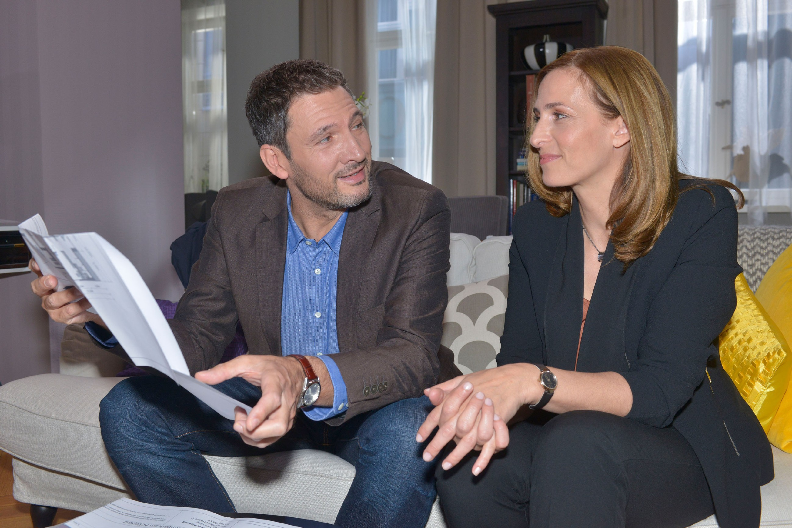 Katrin (Ulrike Frank) ist angetan, als Frederic (Dieter Bach) für sich und Jasmin eine Wohnung bei ihr kaufen will und dabei klug und umsichtig die gemeinsame Zukunft plant. (Quelle: RTL / Rolf Baumgartner)