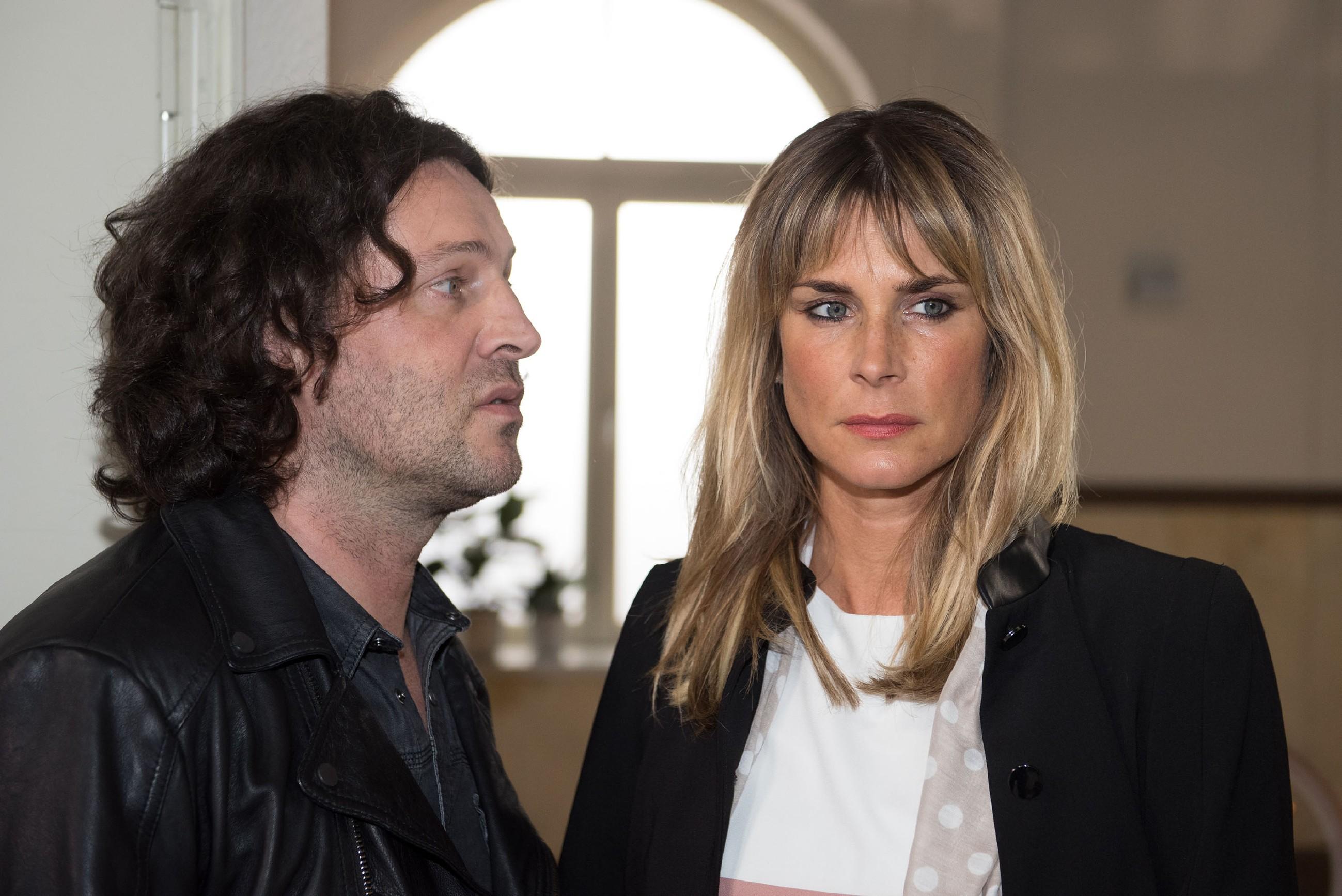Eva (Claudelle Deckert) ist bemüht, Rolfs (Stefan Franz) Drohung an sich abprallen zu lassen. (Quelle: RTL / Stefan Behrens)