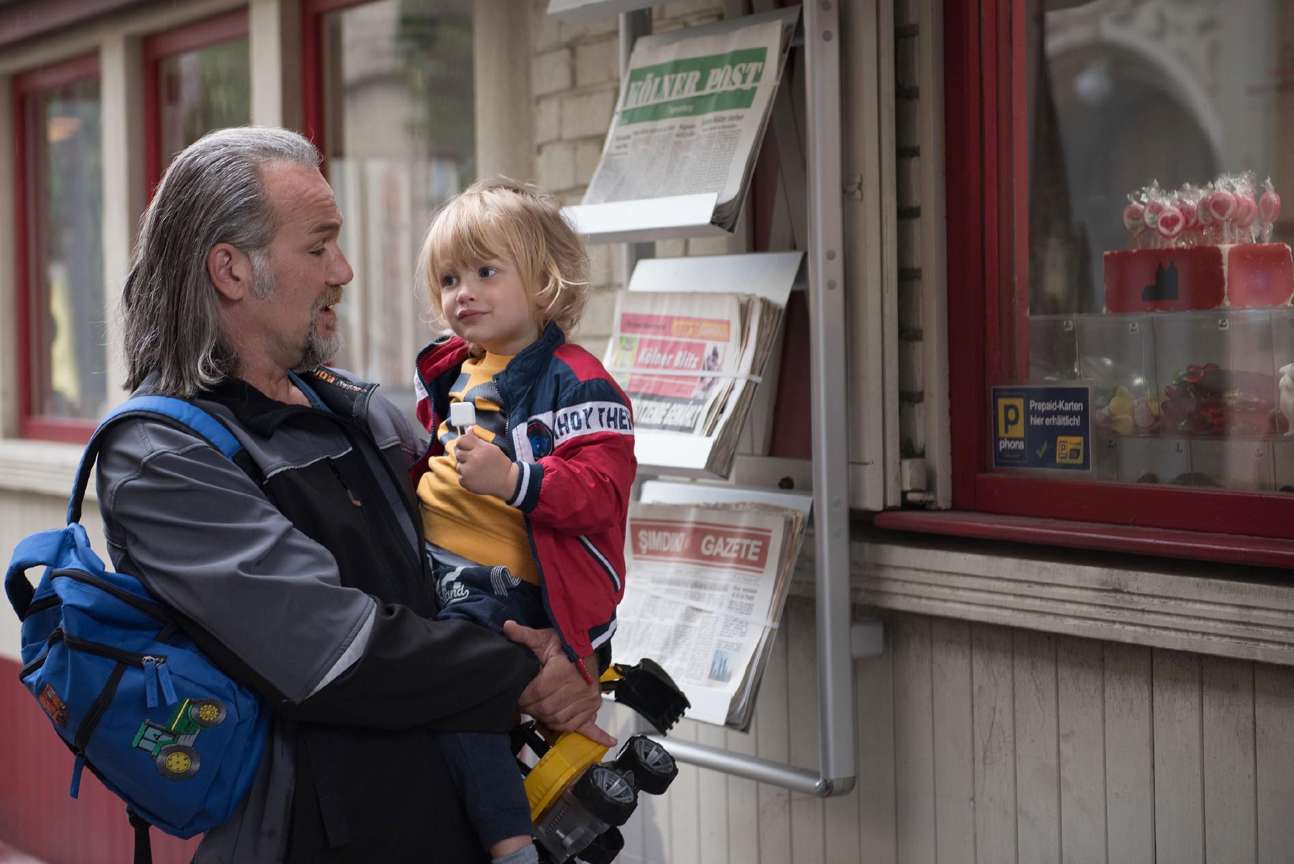 Noah (Finn Luca Cramer, r.) wird von Robert (Luca Maric) aus der Kita abgeholt und fühlt sich in dessen Obhut wohl. (Quelle: RTL / Stefan Behrens)