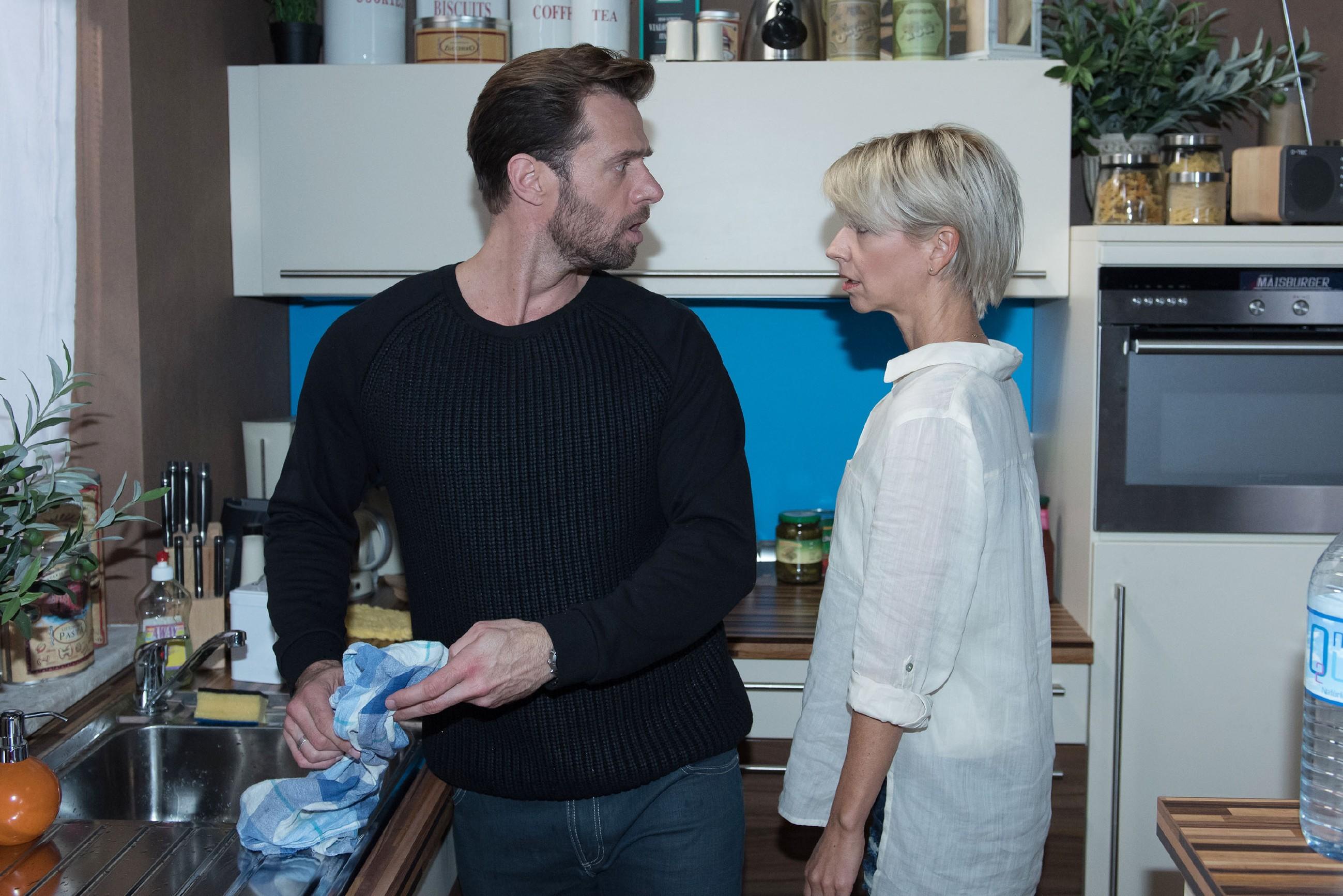 Henning (Benjamin Kiss) bringt sich in eine prekäre Lage, als er Utes (Isabell Hertel) zärtliche Annäherung fälschlichweise Ricarda Schätzke zuschreibt... (Quelle: RTL / Stefan Behrens)