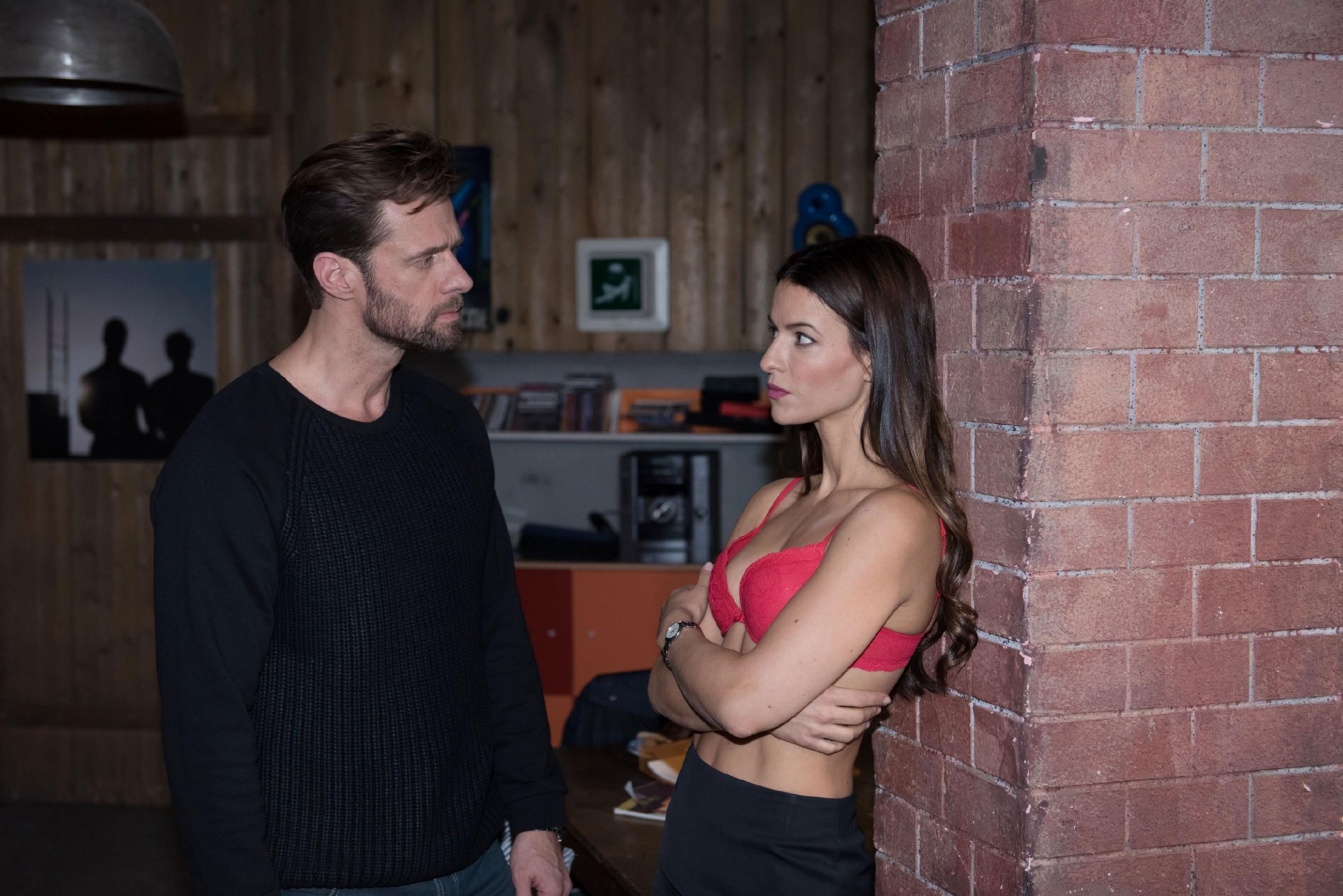 Henning (Benjamin Kiss) will Ricarda (Anna Lena Class) mit ihren eigenen Waffen schlagen und erteilt ihr entschlossen eine Abfuhr. (Quelle: RTL / Stefan Behrens)