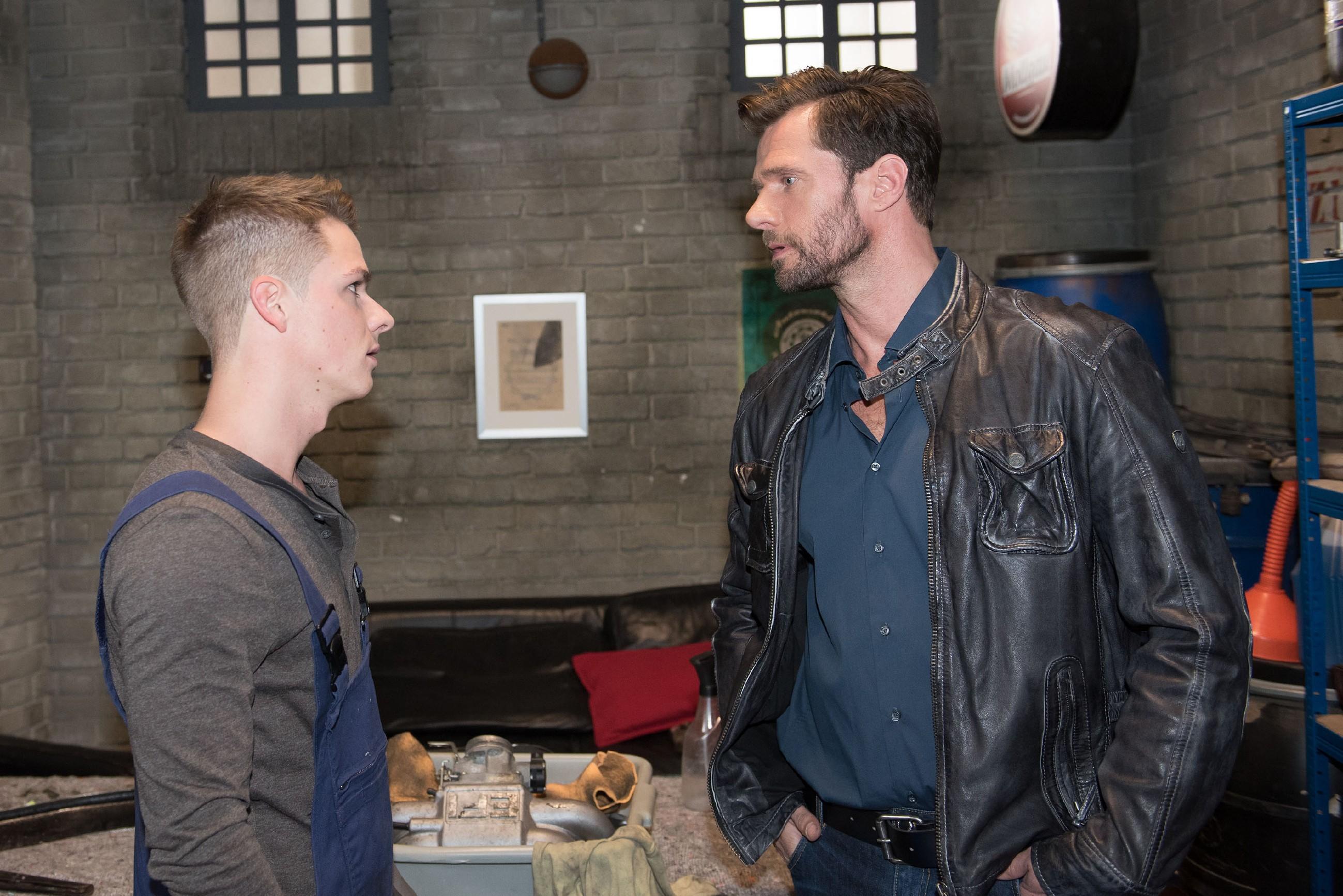 Moritz (Marvin Linke, l.) ist empört über Hennings (Benjamin Kiss) Hausverbot für Ricarda und wirft ihn als Retourkutsche mitsamt dem Oldtimer aus der Werkstatt. (Quelle: RTL / Stefan Behrens)