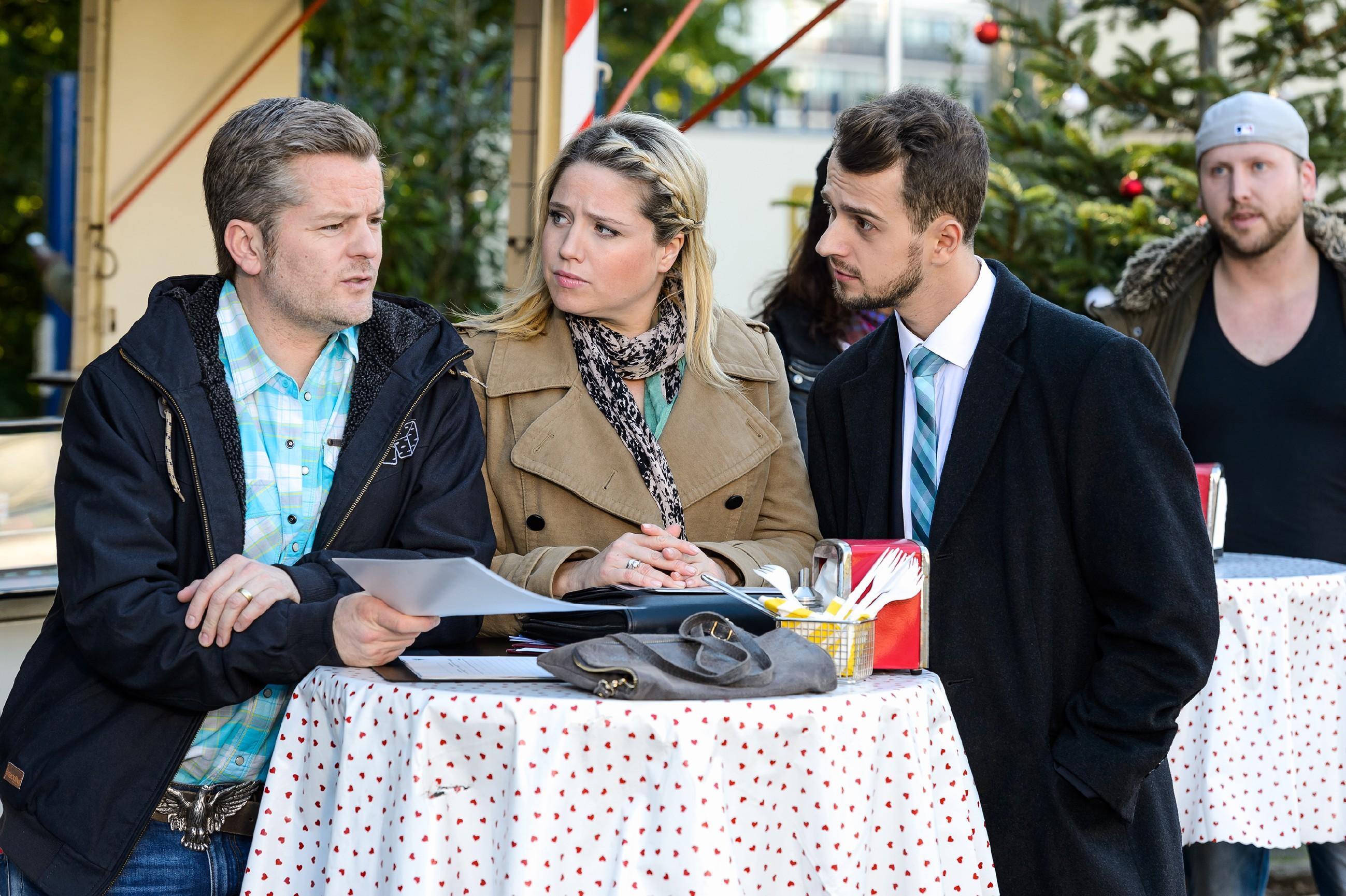 Tobi (Michael Jassin, r.) forscht bei Ingo (André Dietz) und Bea (Caroline Maria Frier) nach, wie er unauffällig bei Marie punkten kann. (Quelle: RTL / Willi Weber)