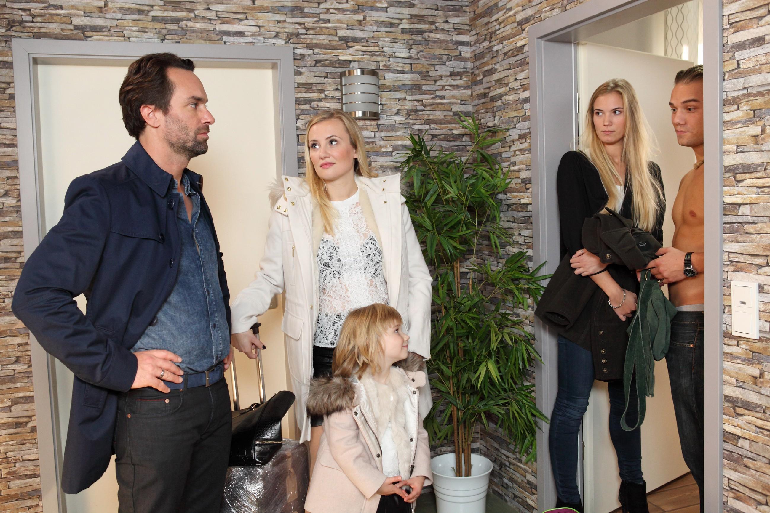 Leo (Julian Bayer, r.) und Susi (Ramona Plaspohl, 2.v.r.) sind überrascht, als plötzlich Isabelle (Ania Niedieck) mit Tochter Sophia und Thomas (Daniel Brockhaus) vor der Tür stehen. (Quelle: RTL / Frank Hempel)