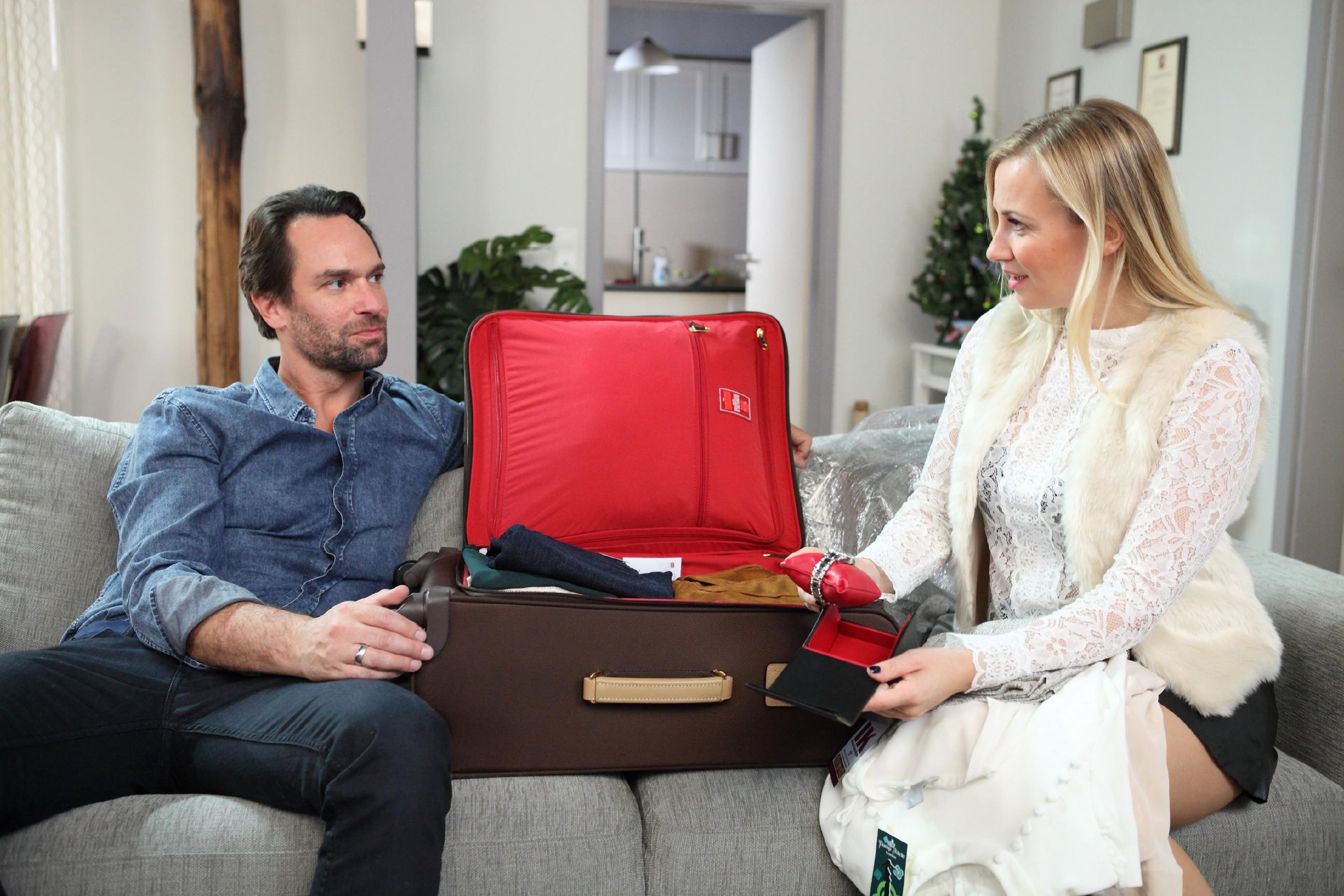 Isabelle (Ania Niedieck) ist glücklich, als Thomas (Daniel Brockhaus) ihr nach seiner Rückkehr aus London eine Uhr schenkt. (Quelle: RTL / Frank Hempel)