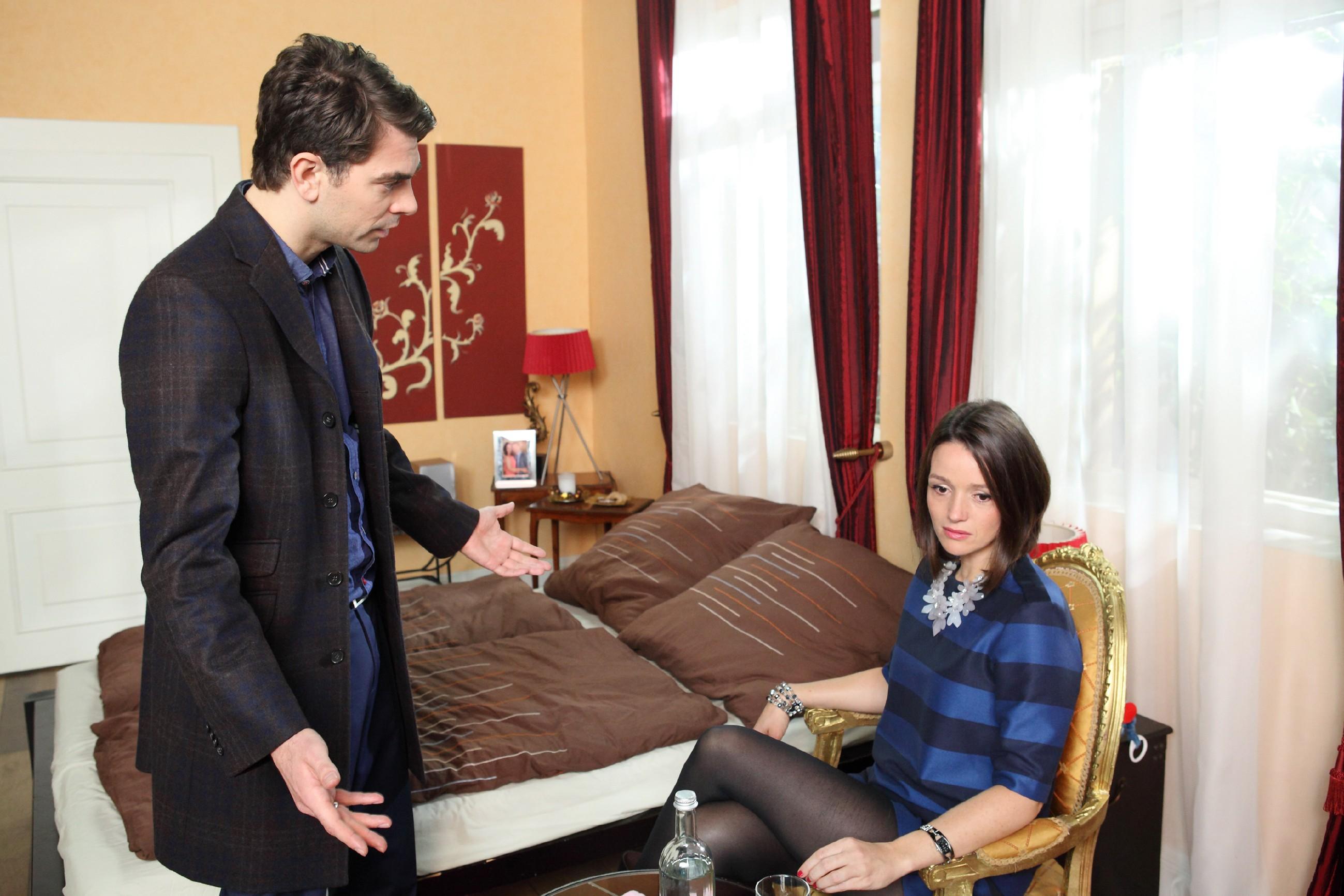 Trotz Veits (Carsten Clemens) Beteuerungen ist Jennys (Kaja Schmidt-Tychsen) Vertrauen in seine Liebe erschüttert. (Quelle: RTL / Frank Hempel)