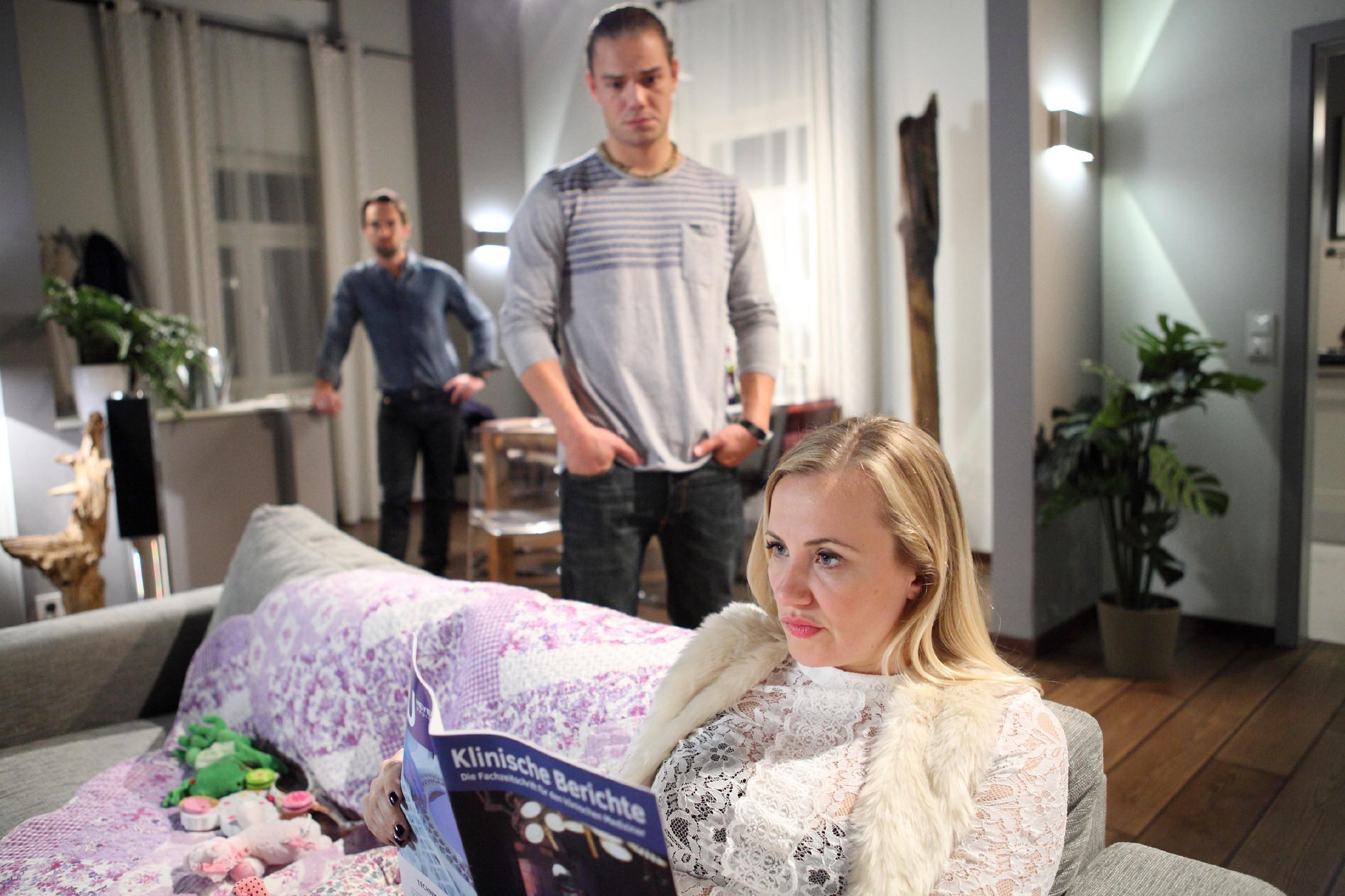 Isabelle (Ania Niedieck) ist sauer und kann ihre Eifersucht nicht unterdrücken, als Thomas (Daniel Brockhaus, l.) und Leo (Julian Bayer) erst spät von Thomas' Ex Sonja nach Hause kommen. (Quelle: RTL / Frank Hempel)