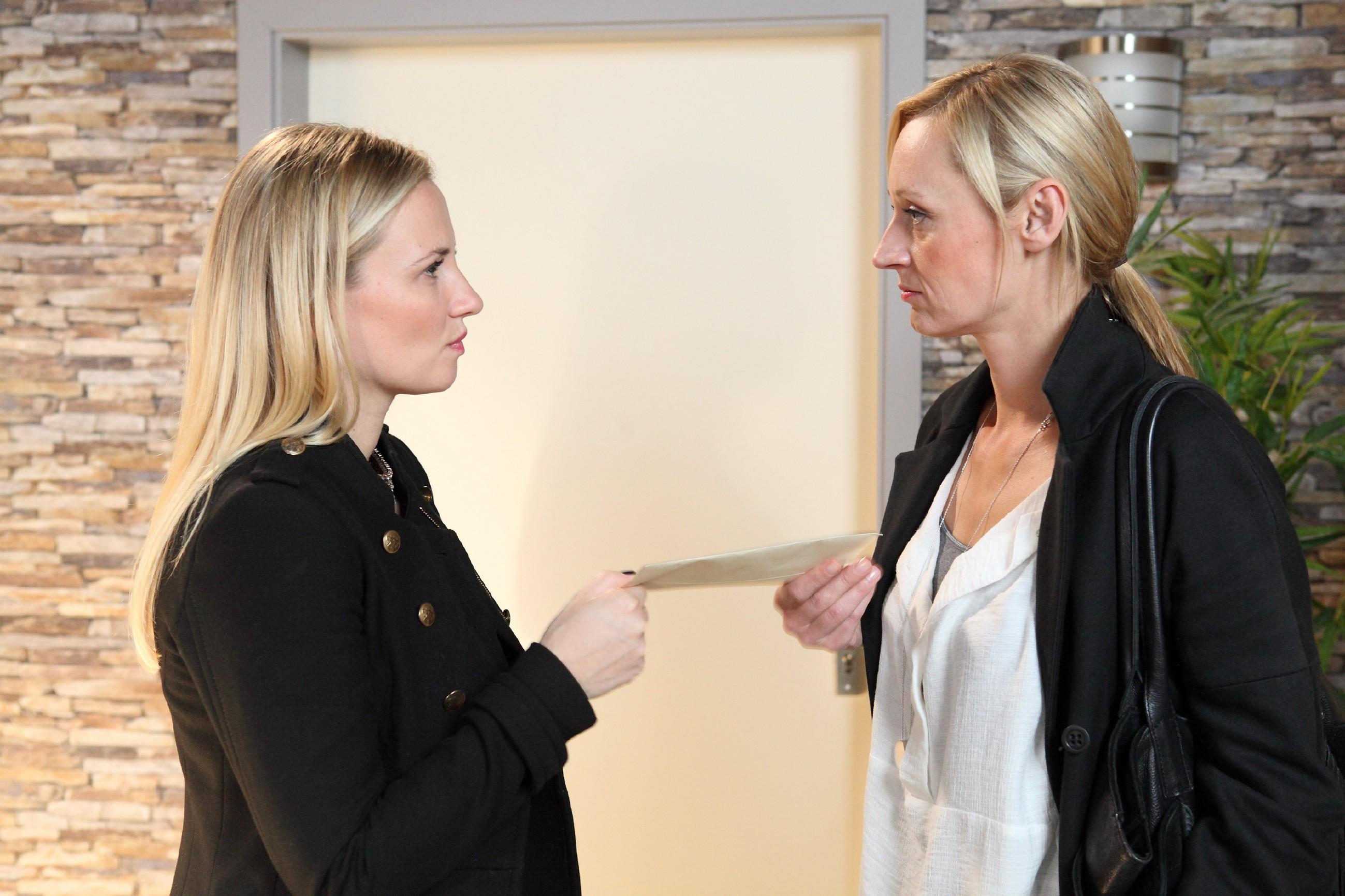 Isabelle (Ania Niedieck, l.) macht Sonja (Barbara Sotelsek) unmissverständlich klar, dass Thomas jetzt mit ihr zusammen lebt. (Quelle: RTL / Frank Hempel)