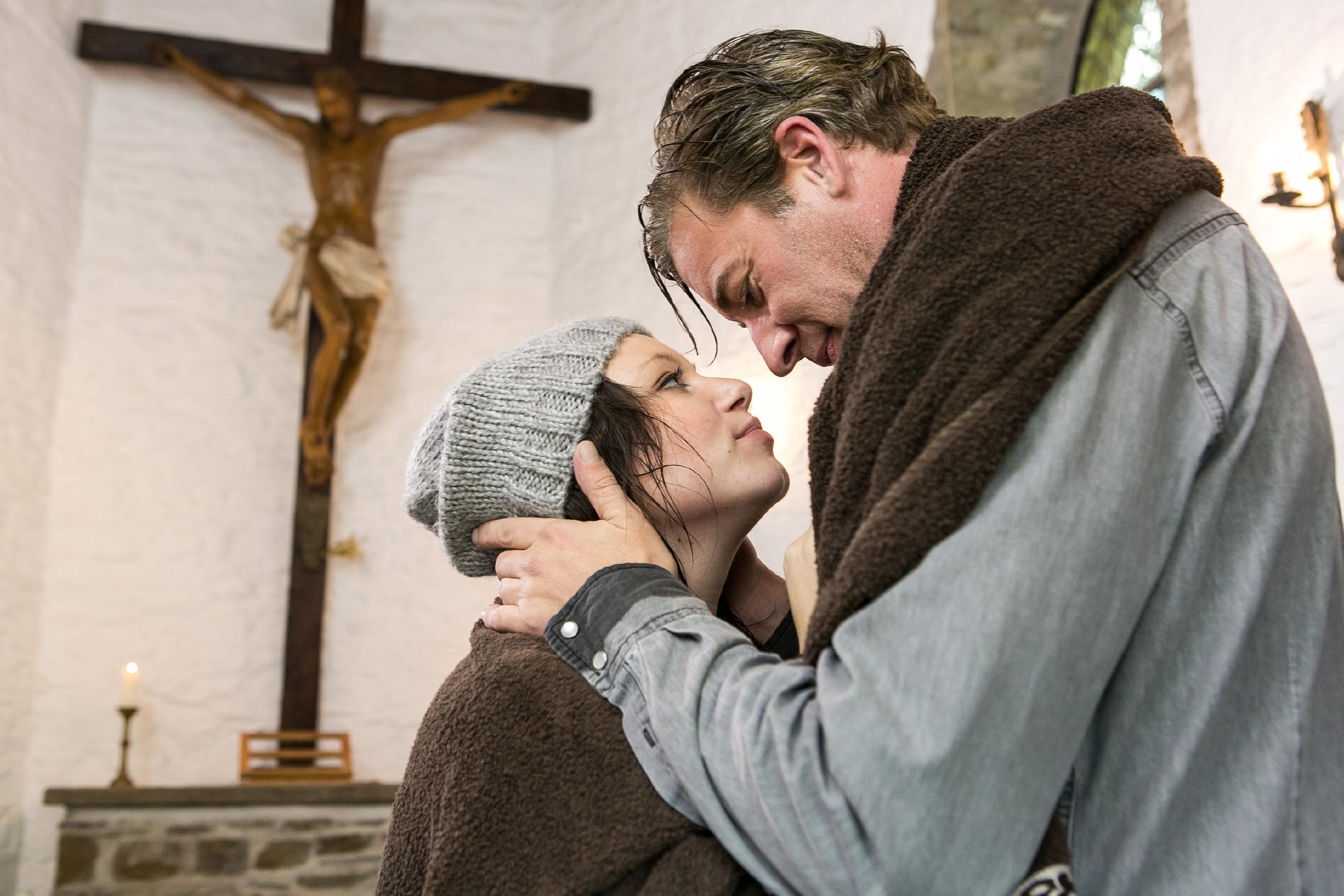 Nachdem Vanessa (Julia Augustin) Christophs (Lars Korten) Antrag angenommen hat, schweben die beiden im siebten Himmel. Als sie dann bei einem Spaziergang von einem Gewitter überrascht werden, finden sie ausgerechnet Zuflucht in einer Kapelle. (Quelle: RTL / Kai Schulz)