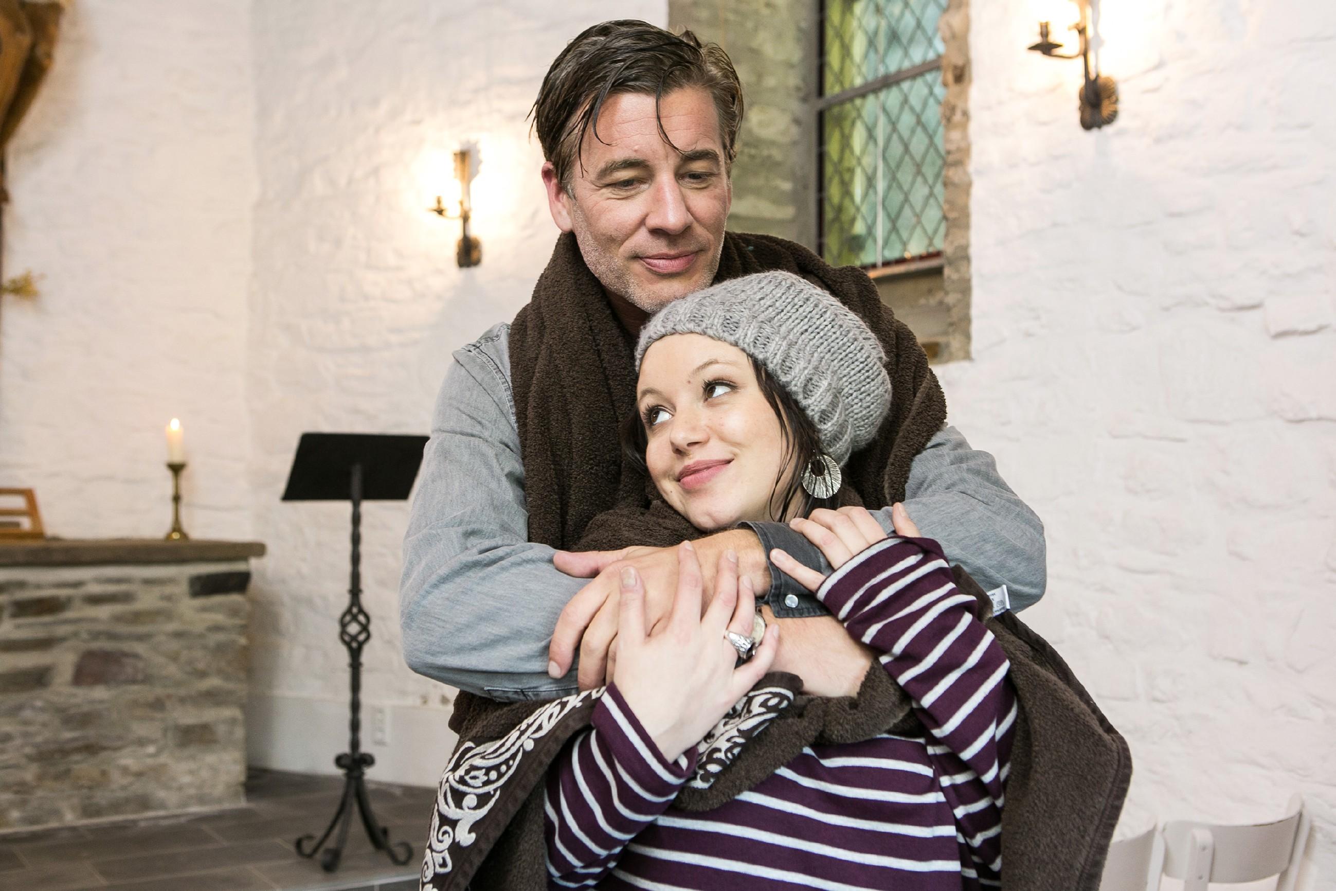 Vanessa (Julia Augustin) und Christoph (Lars Korten) suchen in einer Kapelle Schutz vor einem aufkommenden Gewitter. (Quelle: RTL / Kai Schulz)