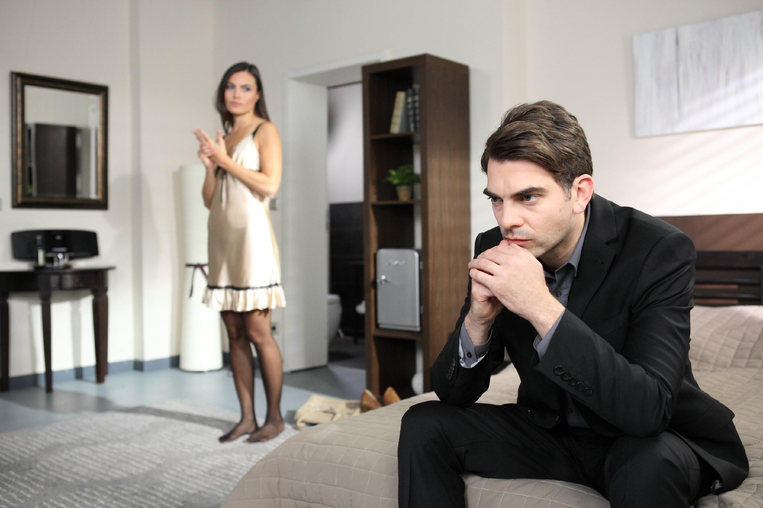 Veit (Carsten Clemens) versucht sich mit Callgirl Jaqueline (Catharina Schmitt) von seiner Sehnsucht nach Pia abzulenken. (Quelle: RTL / Frank Hempel)