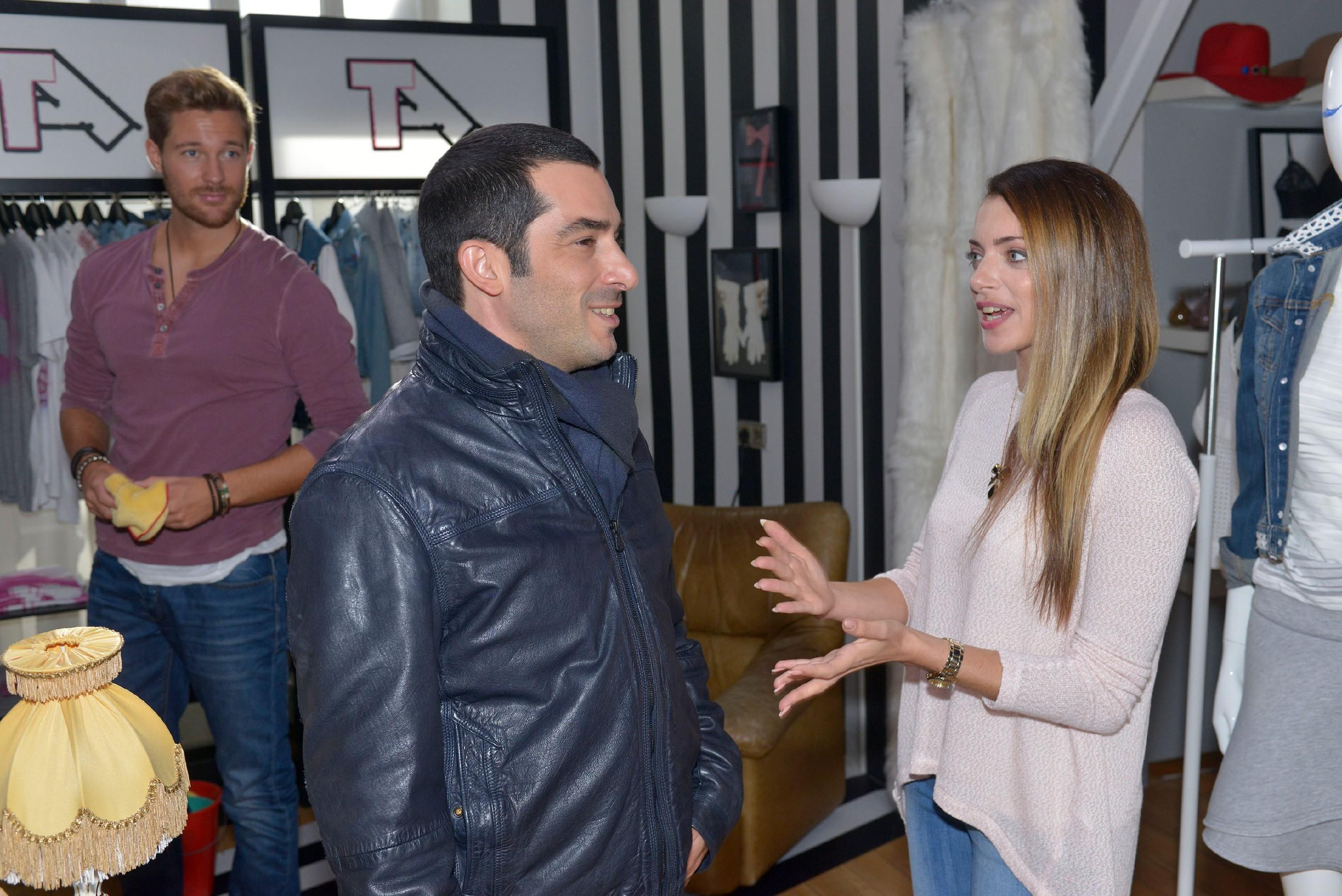 Emily (Anne Menden) bittet Tayfun (Tayfun Baydar), sie an Weihnachten nicht auch noch alleine zu lassen. (Quelle: RTL / Rolf Baumgartner)