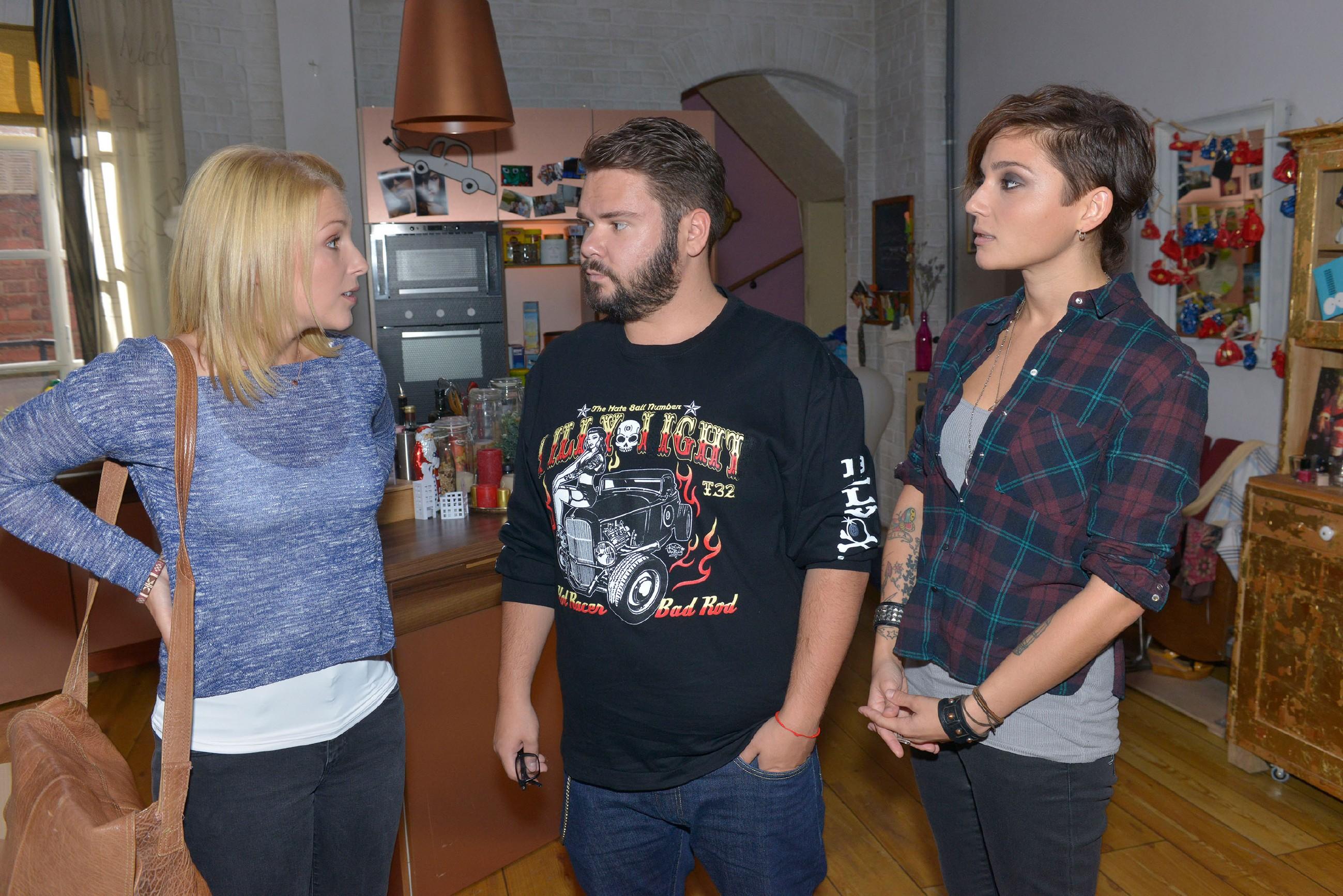 Lilly (Iris Mareike Steen), Tuner (Thomas Drechsel) und Anni (Linda Marlen Runge) überlegen, wie sie die Sozialstation finanzieren könnten. (Quelle: RTL / Rolf Baumgartner)