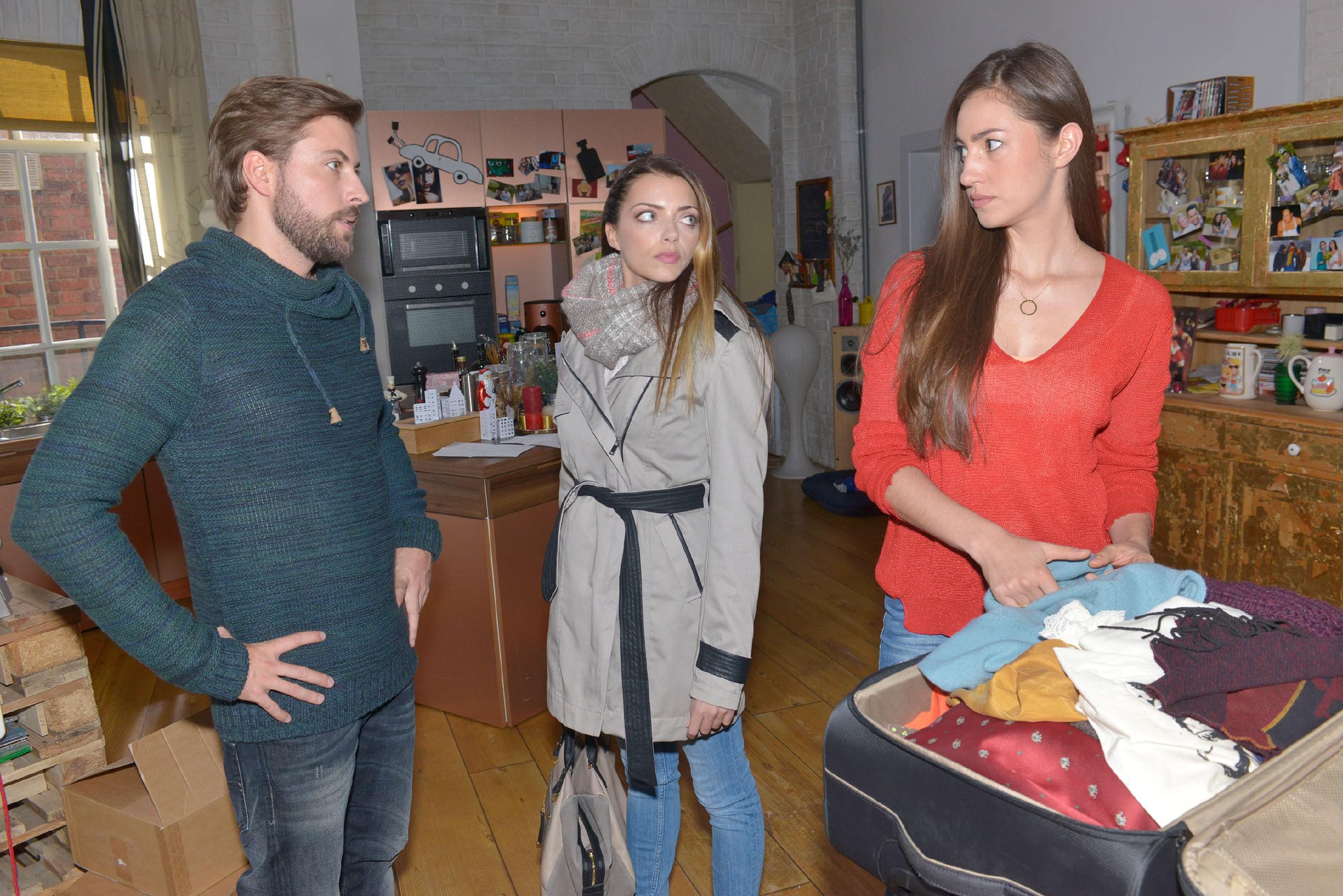 Emily (Anne Menden, M.) ist enttäuscht, dass John (Felix von Jascheroff) die Feiertage mit Elena (Elena Garcia Gerlach) in Kanada verbringen wird. (Quelle: RTL / Rolf Baumgartner)