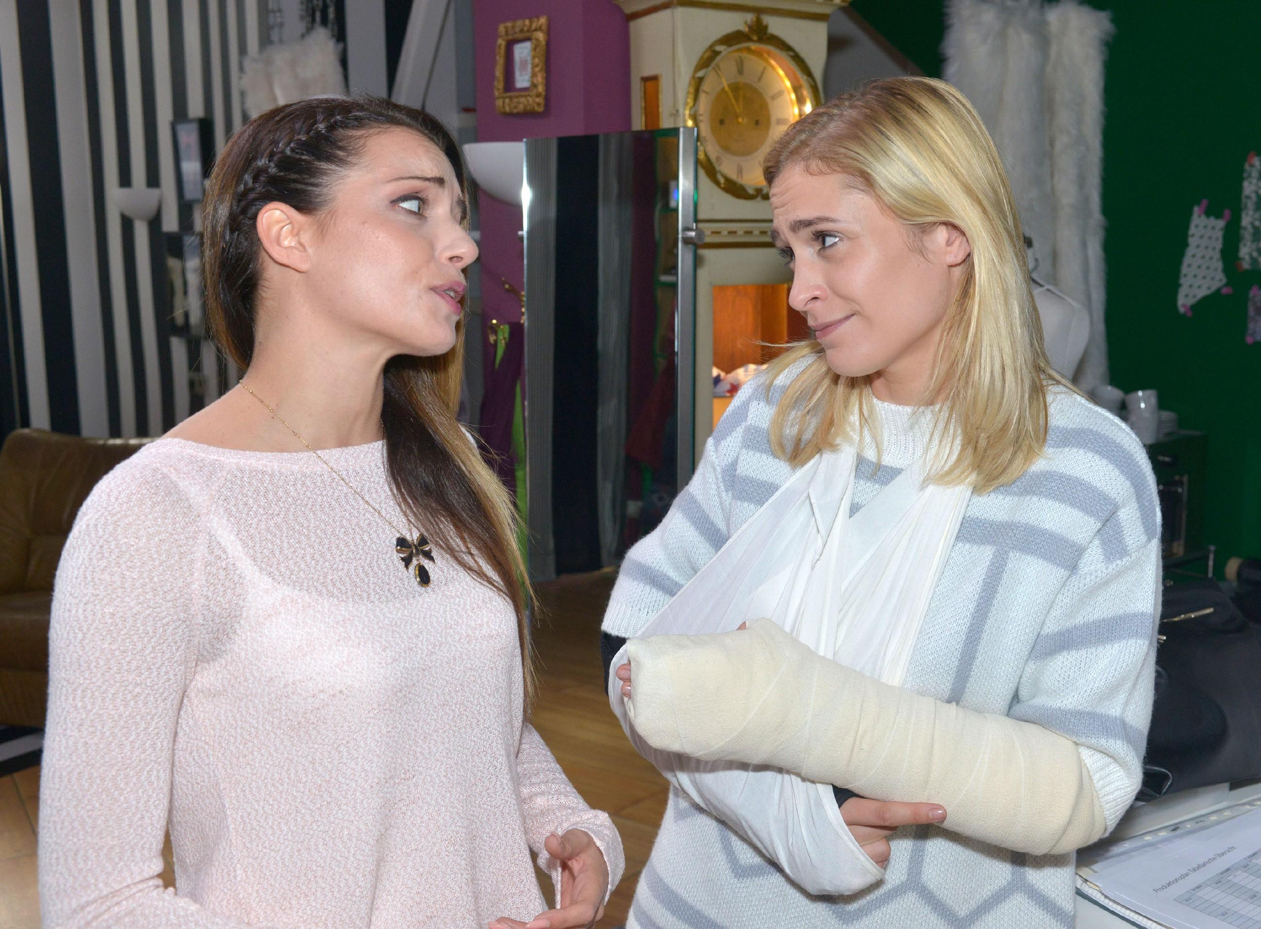 Emily (Anne Menden, l.) findet es schade, dass sich Sophie (Lea Marlen Woitack) Leon zuliebe von ihrer attraktiven Haushaltshilfe Eike trennen möchte. (Quelle: RTL / Rolf Baumgartner)