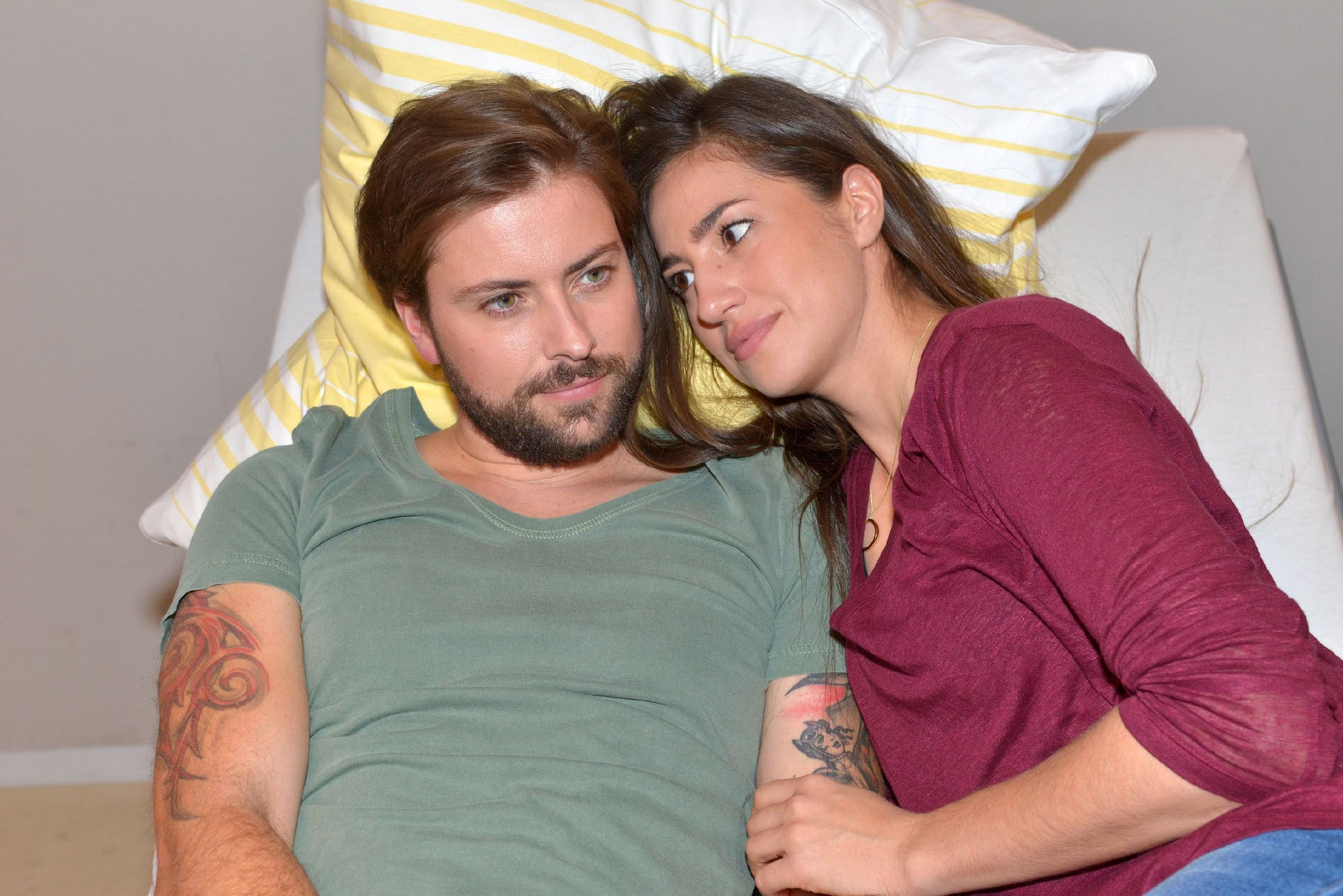 Elena (Elena Gracia Gerlach) spürt, wie sehr sich John (Felix von Jascheroff) auf das Wiedersehen mit seinem Sohn freut. (Quelle: RTL / Rolf Baumgartner)