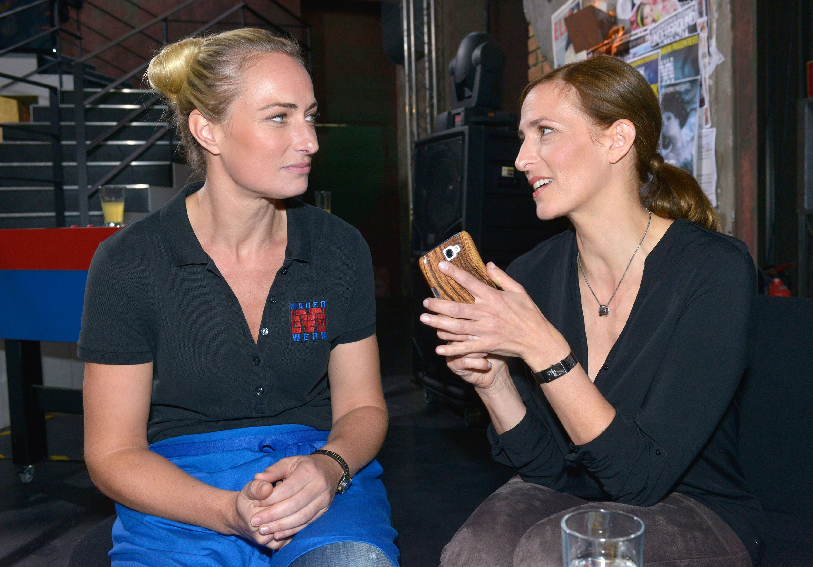 Katrin (Ulrike Frank, r.) versucht ihre familiäre Vergangenheit zu bewältigen und sucht Rat bei Maren (Eva Mona Rodekirchen). (Quelle: RTL / Rolf Baumgartner)