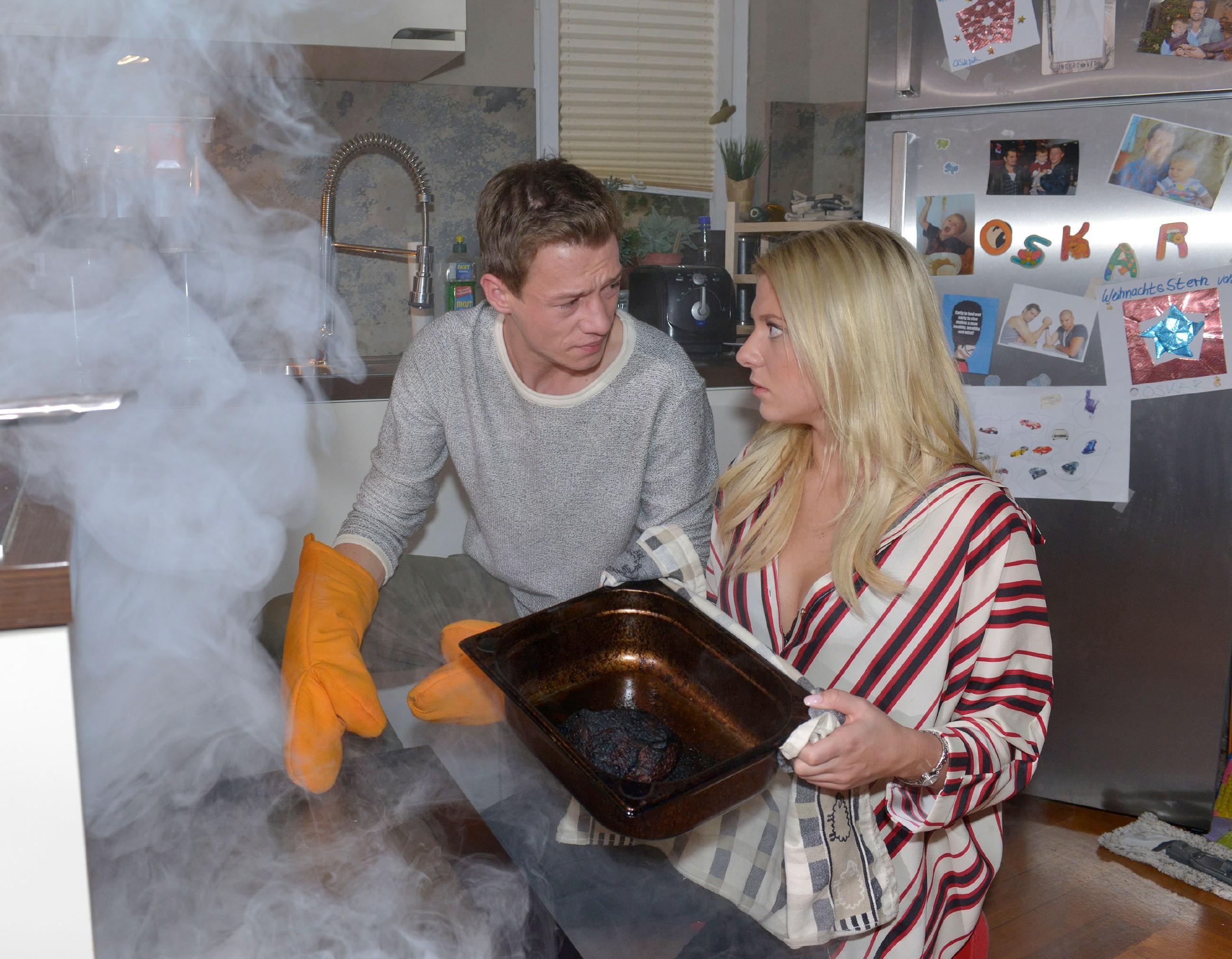 Vince (Vincent Krüger) hat nach seiner Rückkehr nur Augen für Sunny (Valentina Pahde) und vergisst darüber den Braten im Ofen...