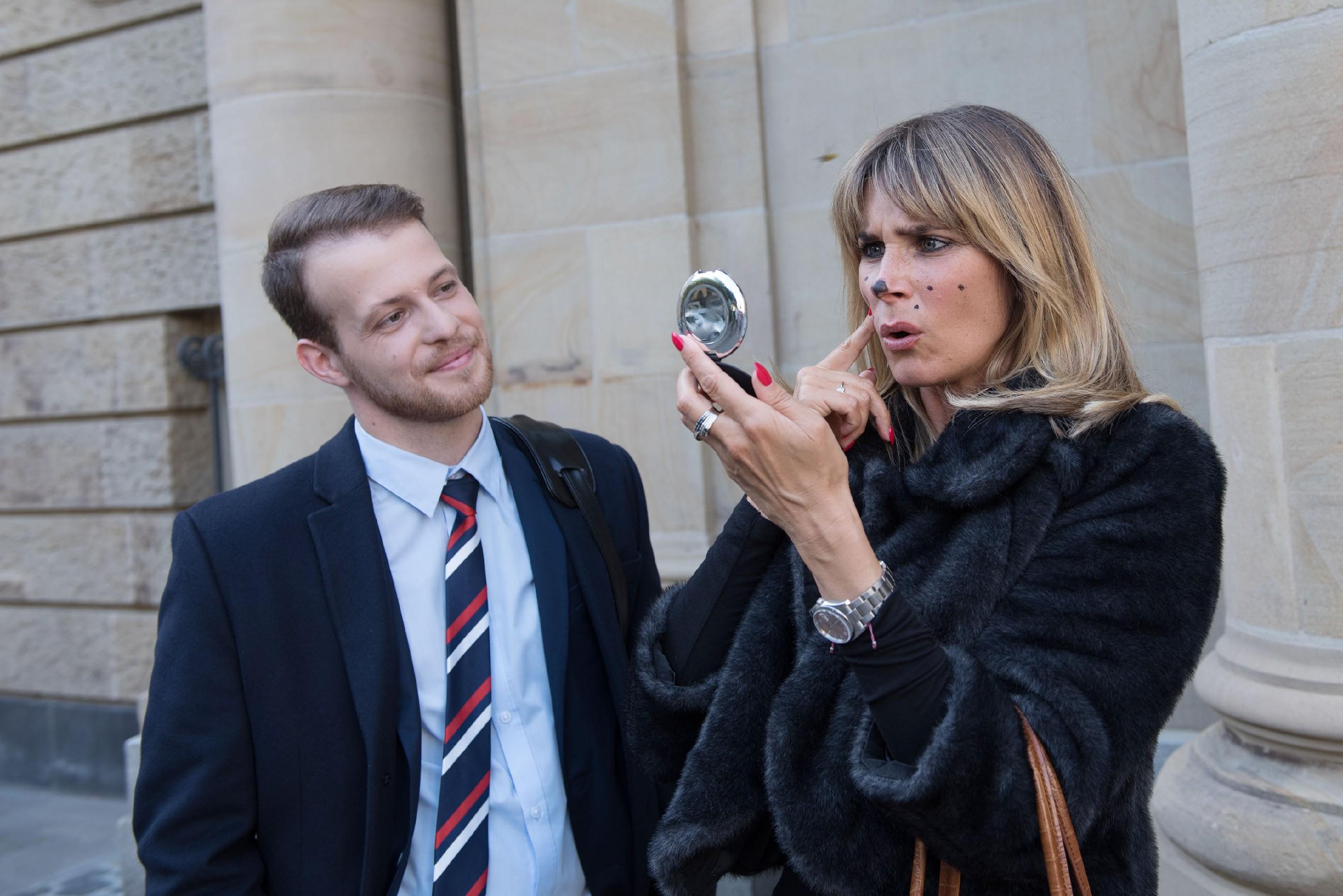 Tobias (Patrick Müller) nutzt Evas (Claudelle Deckert) Malheur aus, um die wichtige Verhandlung ohne sie zu führen. (Quelle: RTL / Stefan Behrens)