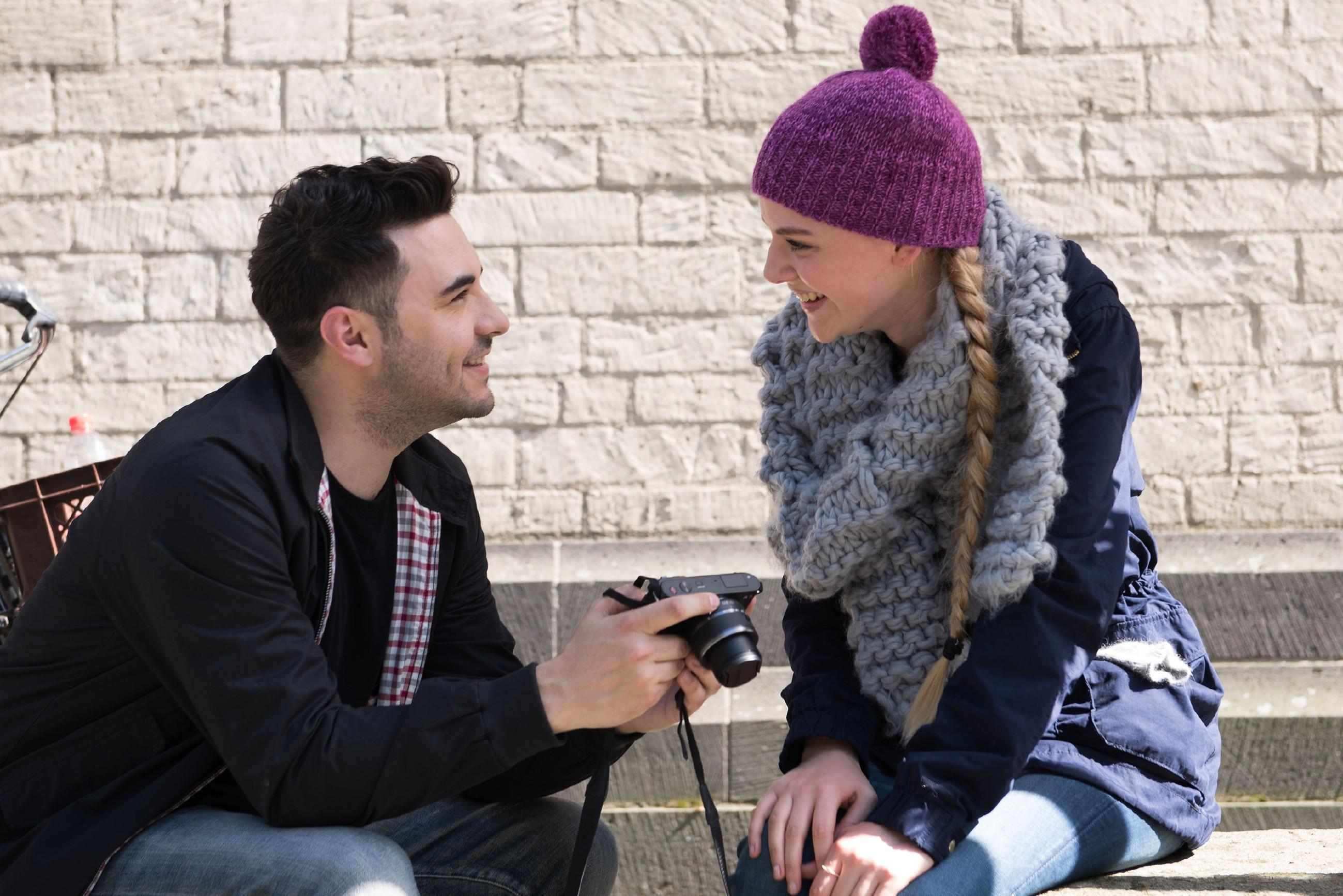 Fiona (Olivia Burkhart) ist glücklich, dass Easy (Lars Steinhöfel und sie wieder freundschaftlich miteinander umgehen. (Quelle: RTL / Stefan Behrens)