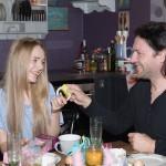 Fiona (Olivia Burkhart) ist gerührt, als Rolf (Stefan Franz) sie an ihrem Geburtstag mit neunzehn Geschenken für all die Geburtstage, die er verpasst hat, überrascht. (Quelle: RTL / Stefan Behrens)