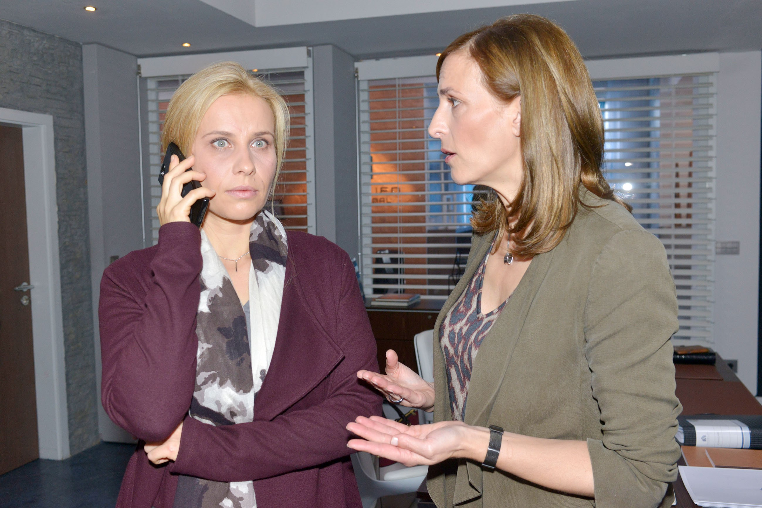 Katrin (Ulrike Frank, r.) lehnt es weiterhin ab, Rico eine Chance zu geben, kann jedoch nicht verhindern, dass Anna (Suzanne Kockat) einem Treffen mit Rico zusagt. (Quelle: RTL / Rolf Baumgartner)