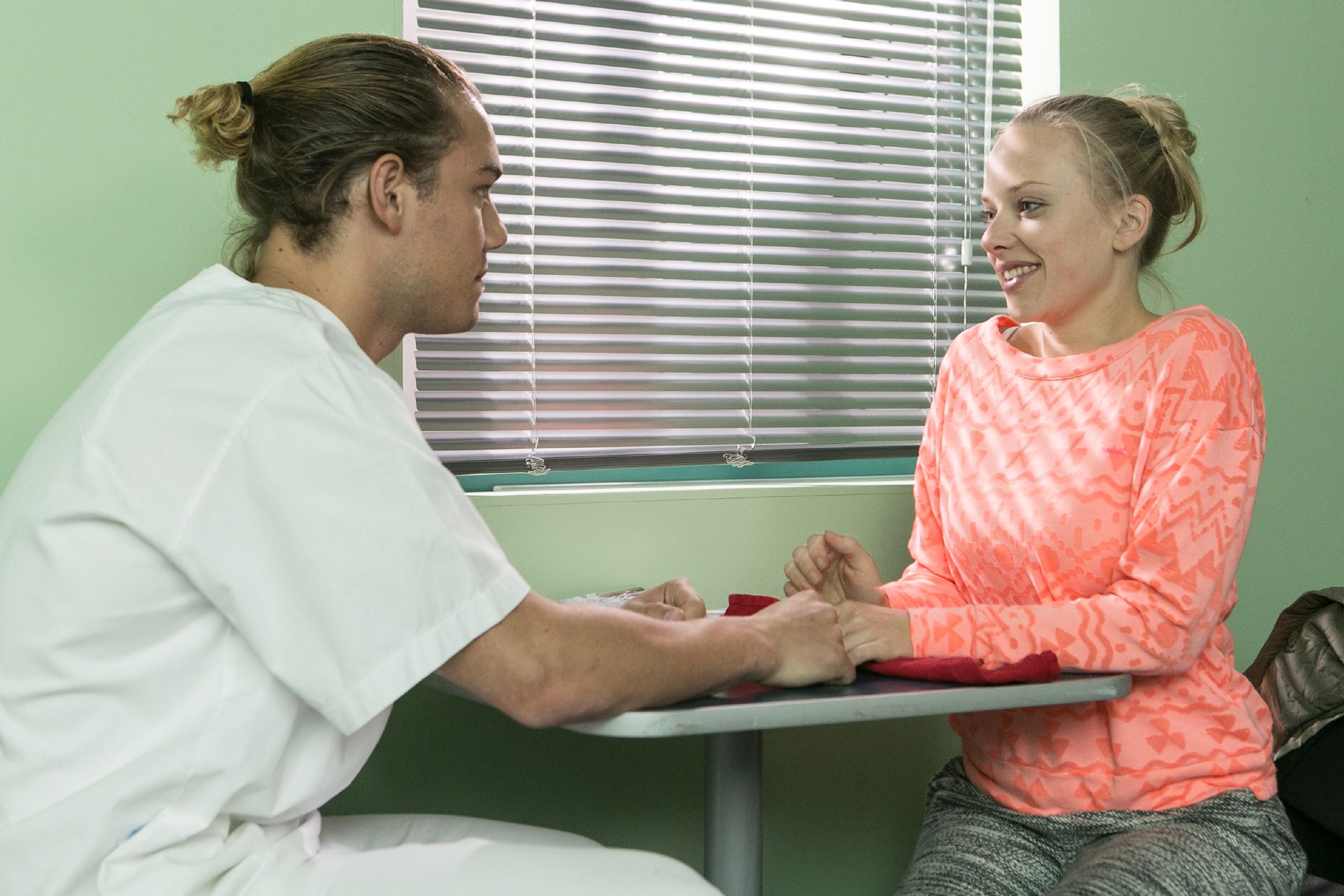 Marie (Judith Neumann) kann gerade noch verhindern, dass Leo (Julian Bayer) ihre Überraschung für ihn entdeckt. (Quelle: RTL / Kai Schulz)