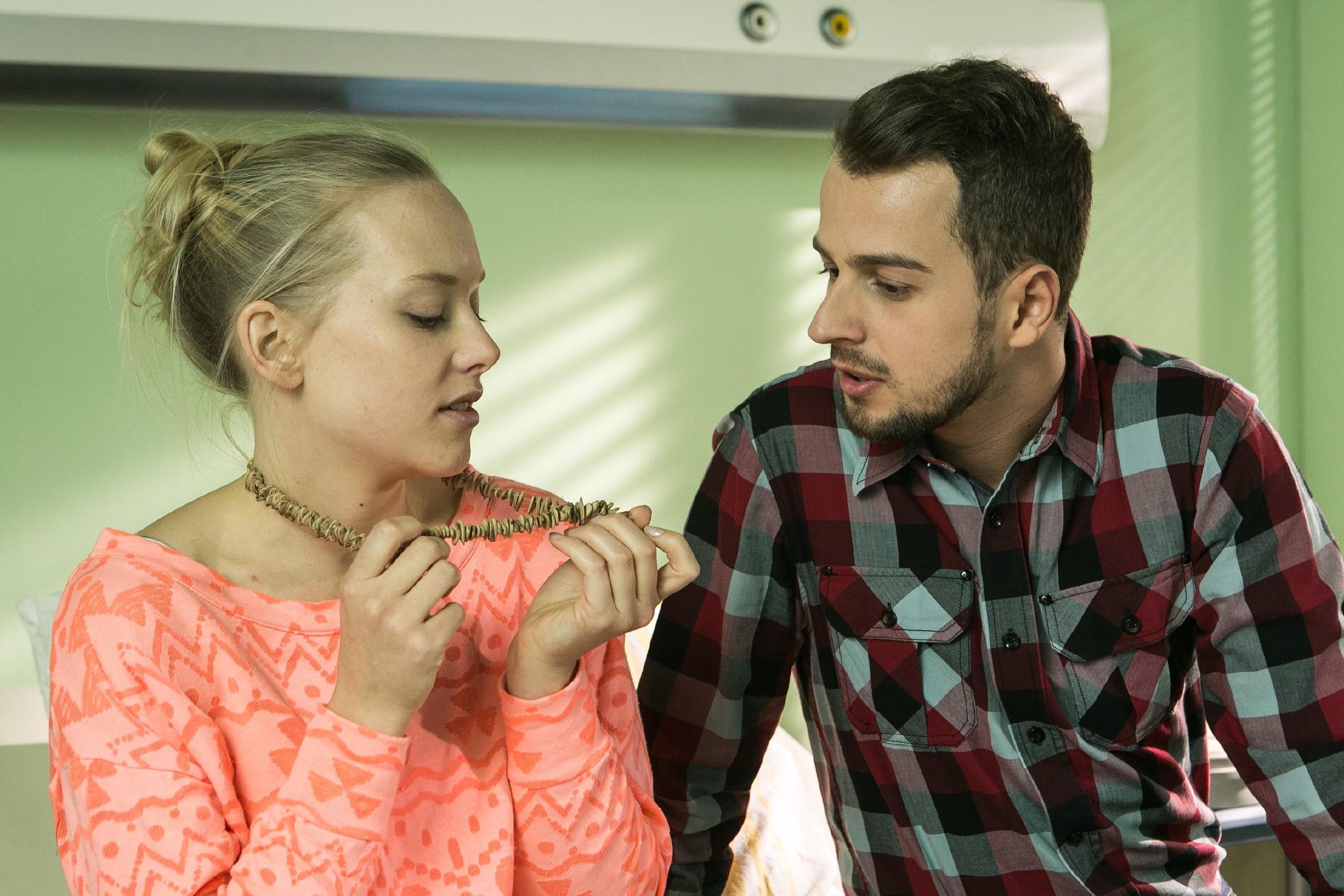 Die ahnungslose Marie (Judith Neumann) gesteht dem geschockten Tobi (Michael Jassin) ihre Gefühle für Leo... (Quelle: RTL / Kai Schulz)