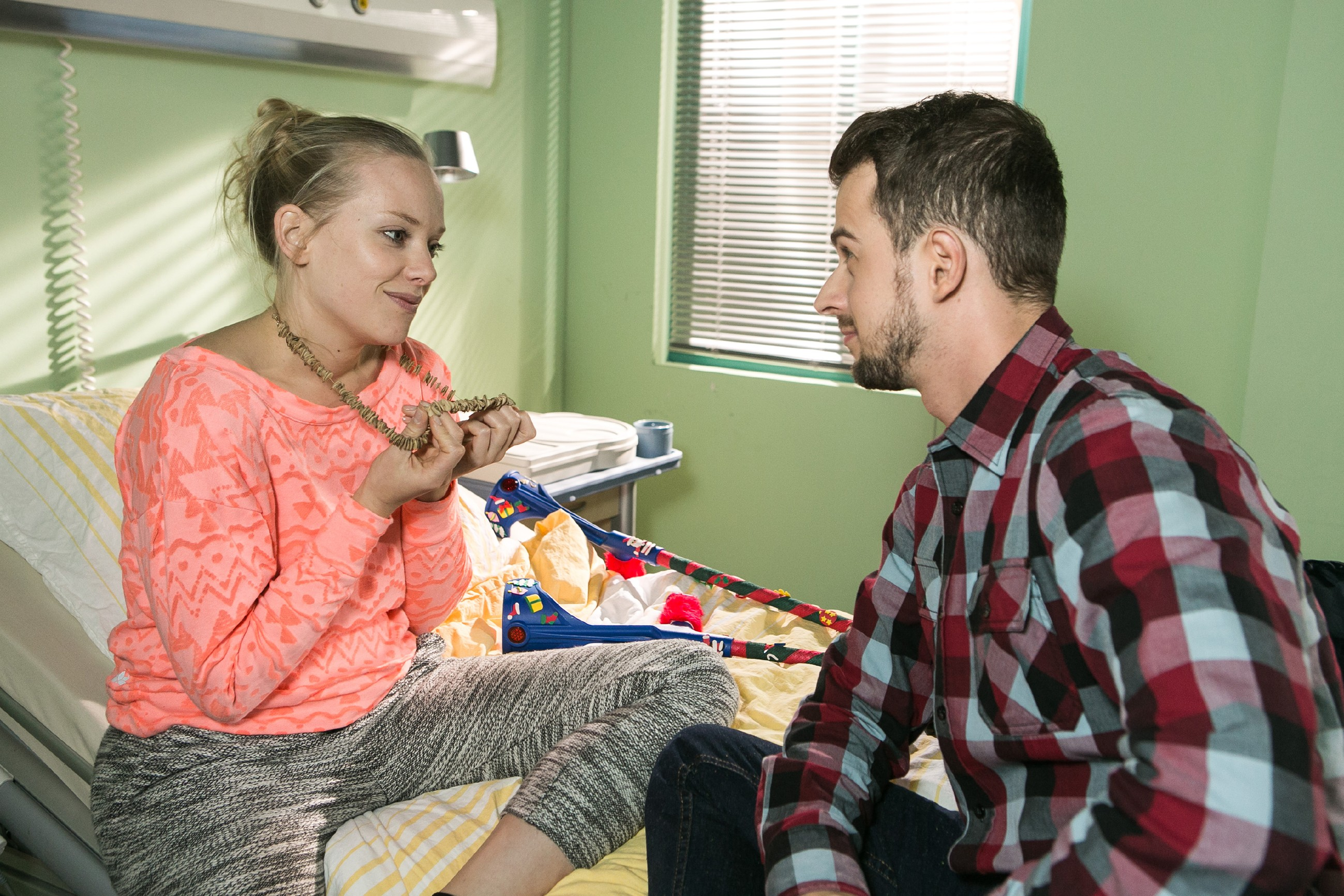 Tobi (Michael Jassin) erfährt schockiert, dass Marie (Judith Neumann) auf Leo steht. (Quelle: RTL / Kai Schulz)