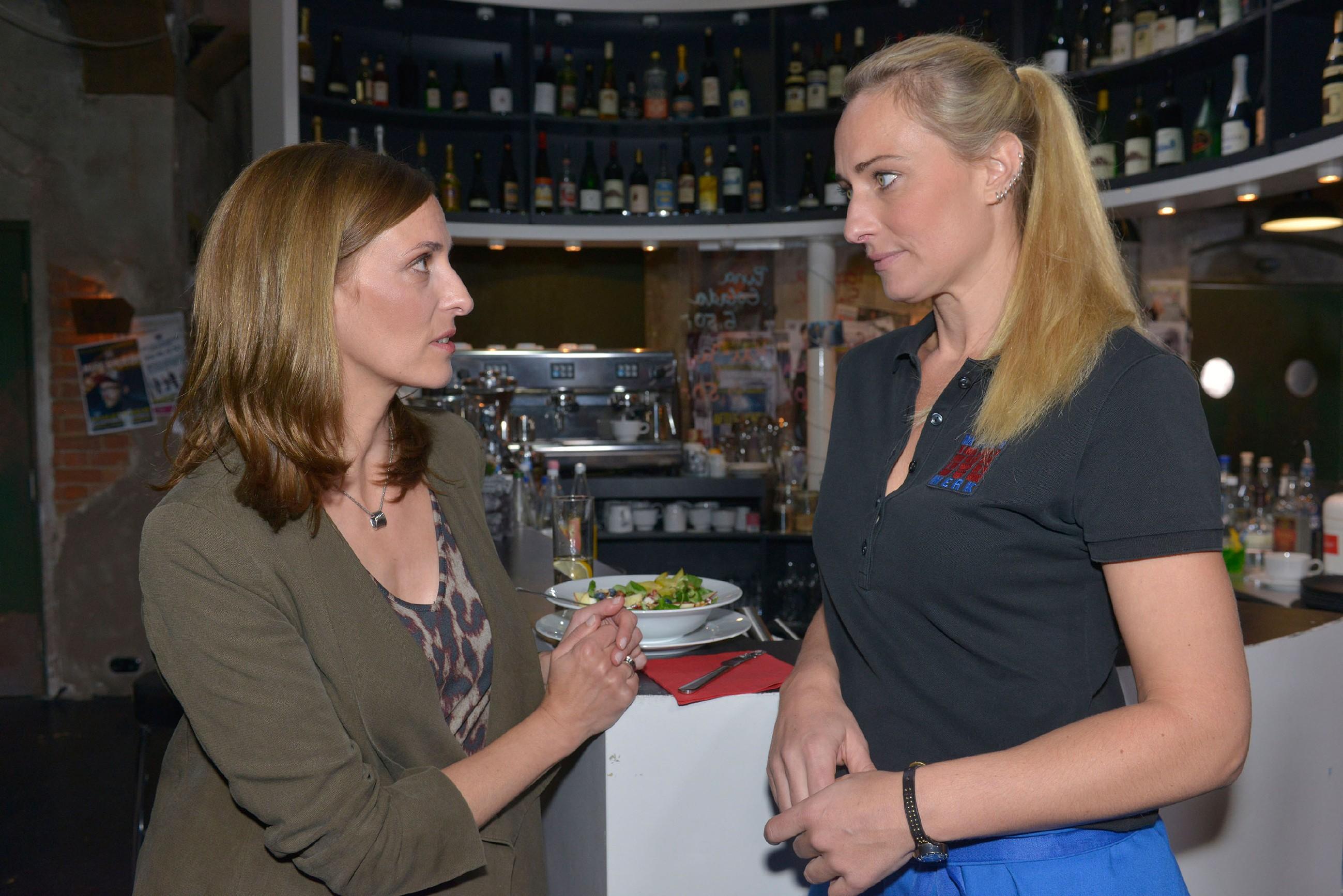 Katrin (Ulrike Frank, l.) ist Maren (Eva Mona Rodekirchen) gegenüber zuversichtlich, dass das Thema Rico abgeschlossen ist. (Quelle: RTL / Rolf Baumgartner)