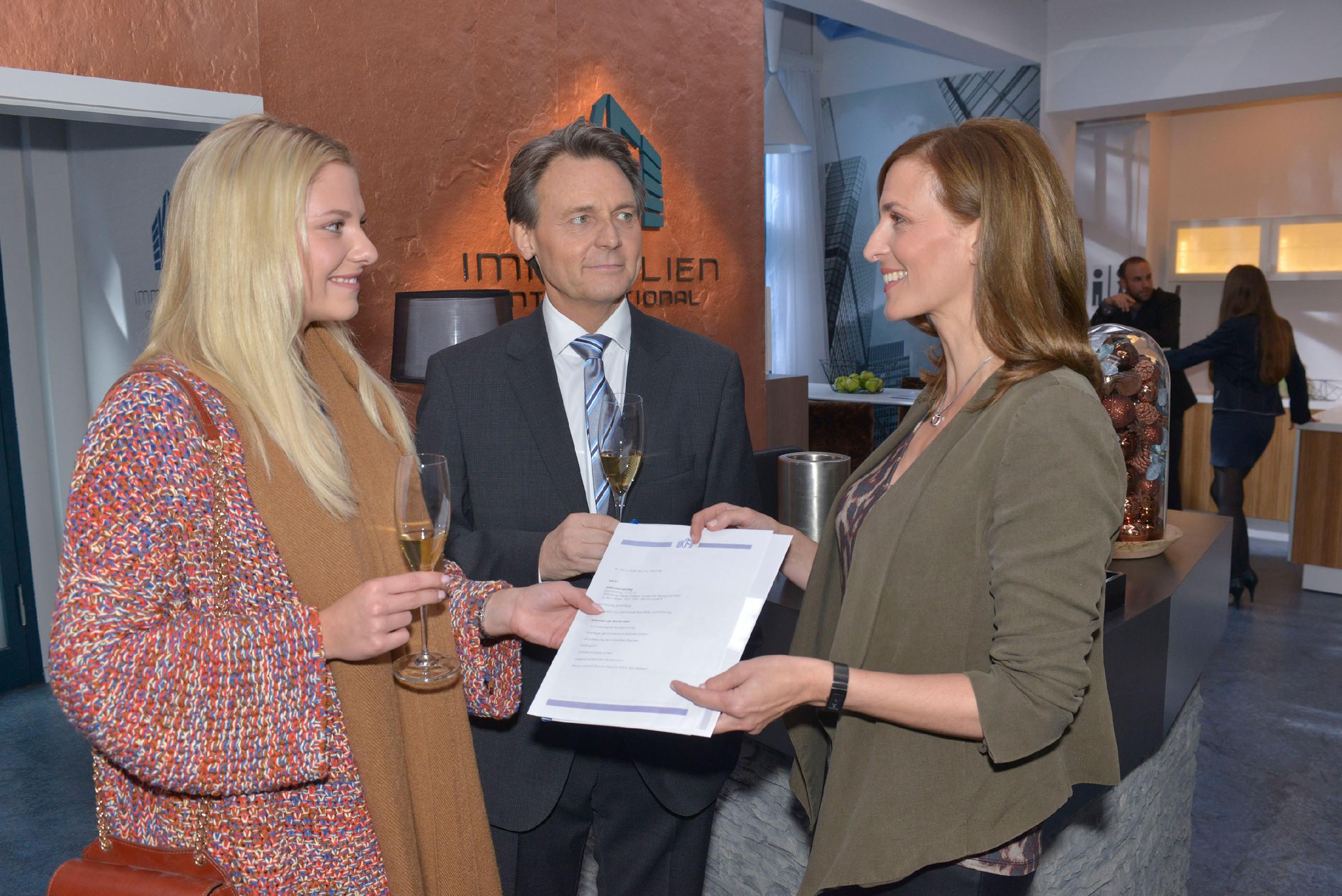 Gerner (Wolfgang Bahro) und Katrin (Ulrike Frank, r.) freuen sich, dass Sunny (Valentina Pahde) nun in ihrem Team mitarbeitet. (Quelle: RTL / Rolf Baumgartner)