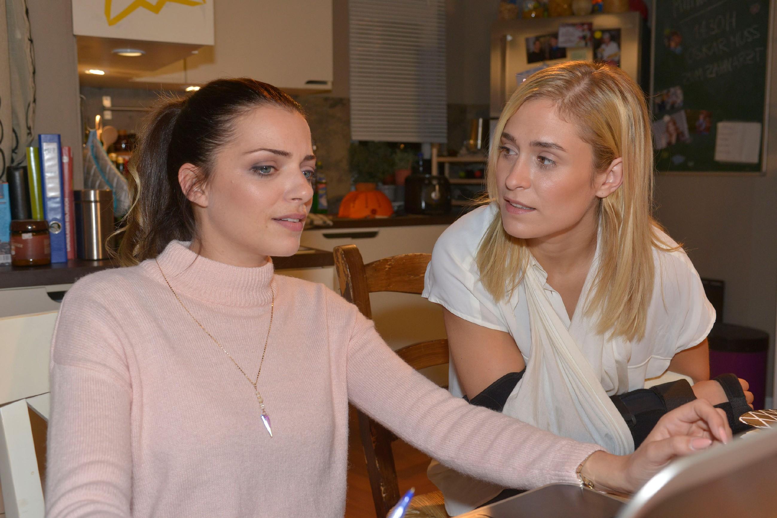 Emily (Anne Menden, l.) und Sophie (Lea Marlen Woitack) scheinen endlich als Team arbeiten zu können. (Quelle: RTL / Rolf Baumgartner)