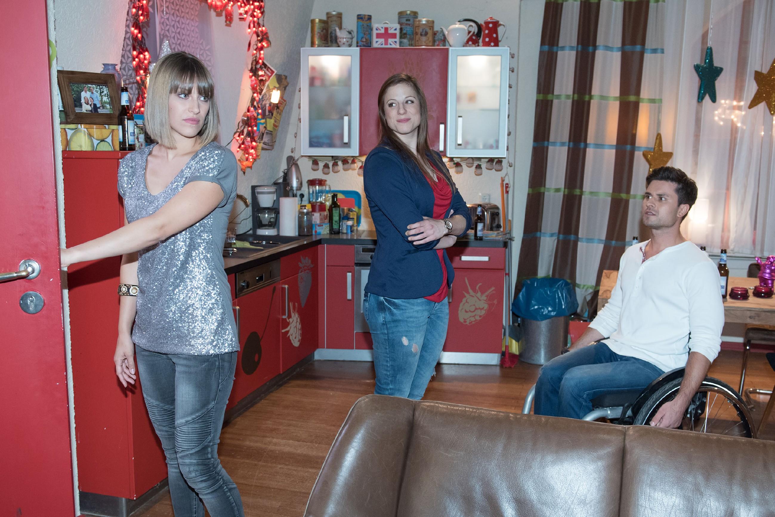 Elli (Nora Koppen, M.) schafft es, Pacos (Milos Vukovic) Flirt Jessi (Elena Schneider) mit einer Notlüge zu vertreiben. (Quelle: RTL / Stefan Behrens)