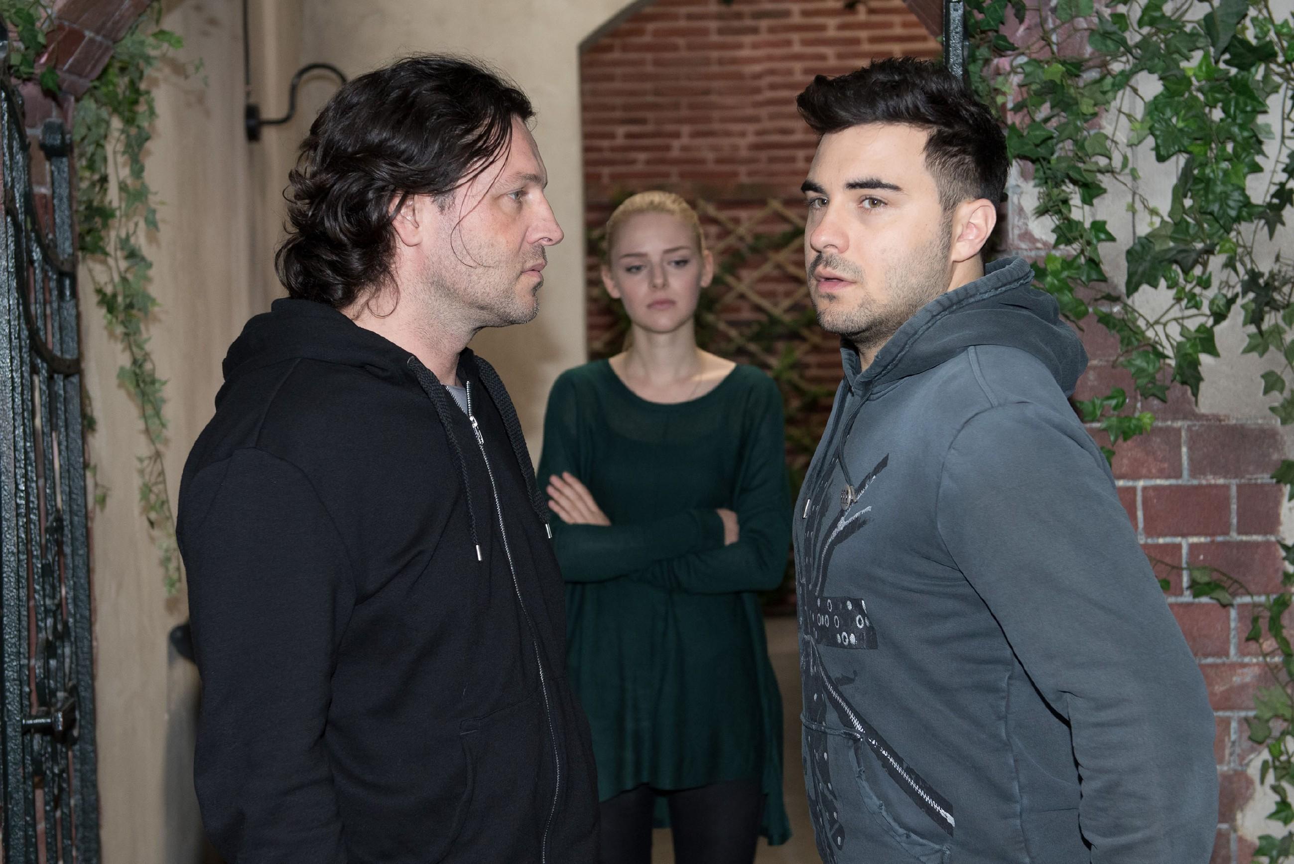 Rolf (Stefan Franz, l.) lässt Easy (Lars Steinhöfel) keine Gelegenheit, sich bei Fiona (Olivia Burkhart) zu entschuldigen. (Quelle: RTL / Stefan Behrens)