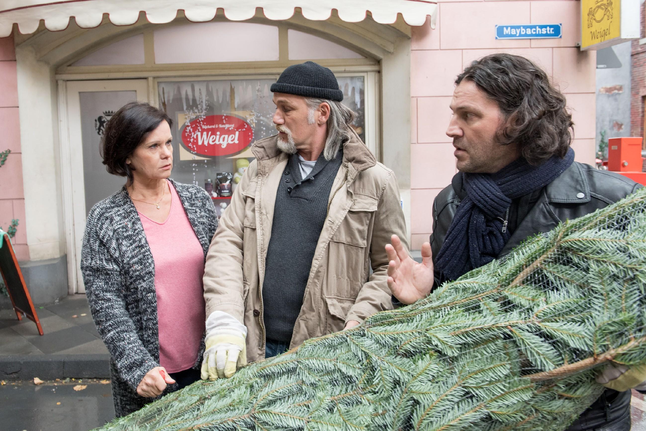 Irene (Petra Weigel) bekommt unzufrieden mit, dass Robert (Luca Maric, M.) Rolfs (Stefan Franz) Hilfsangebot angenommen hat. (Quelle: RTL / Stefan Behrens)