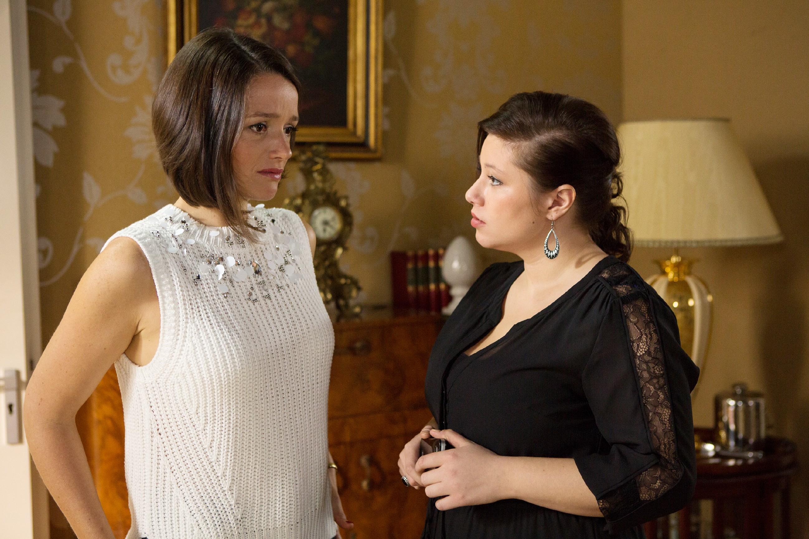 Jenny (Kaja Schmidt-Tychsen, l.) lässt im Beisein von Vanessa (Julia Augustin) zum ersten Mal den Gedanken zu, dass Veit sie mit Pia betrügt. (Quelle: RTL / Michael Böhme)