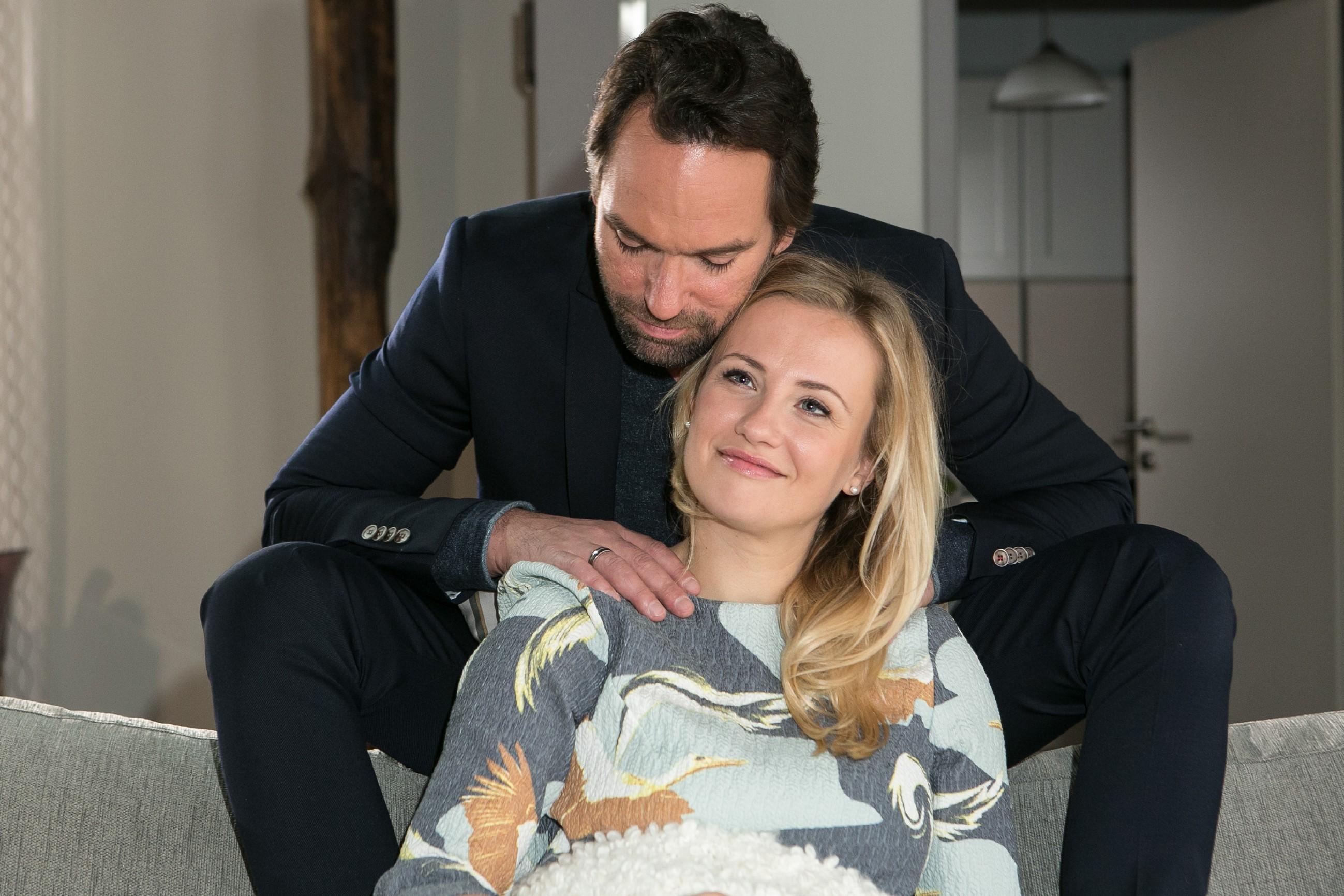 Thomas (Daniel Brockhaus) versucht ambitioniert, Isabelle (Ania Niedieck) zu einem Weihnachtsfest mit seiner Familie zu überreden. (Quelle: RTL / Kai Schulz)