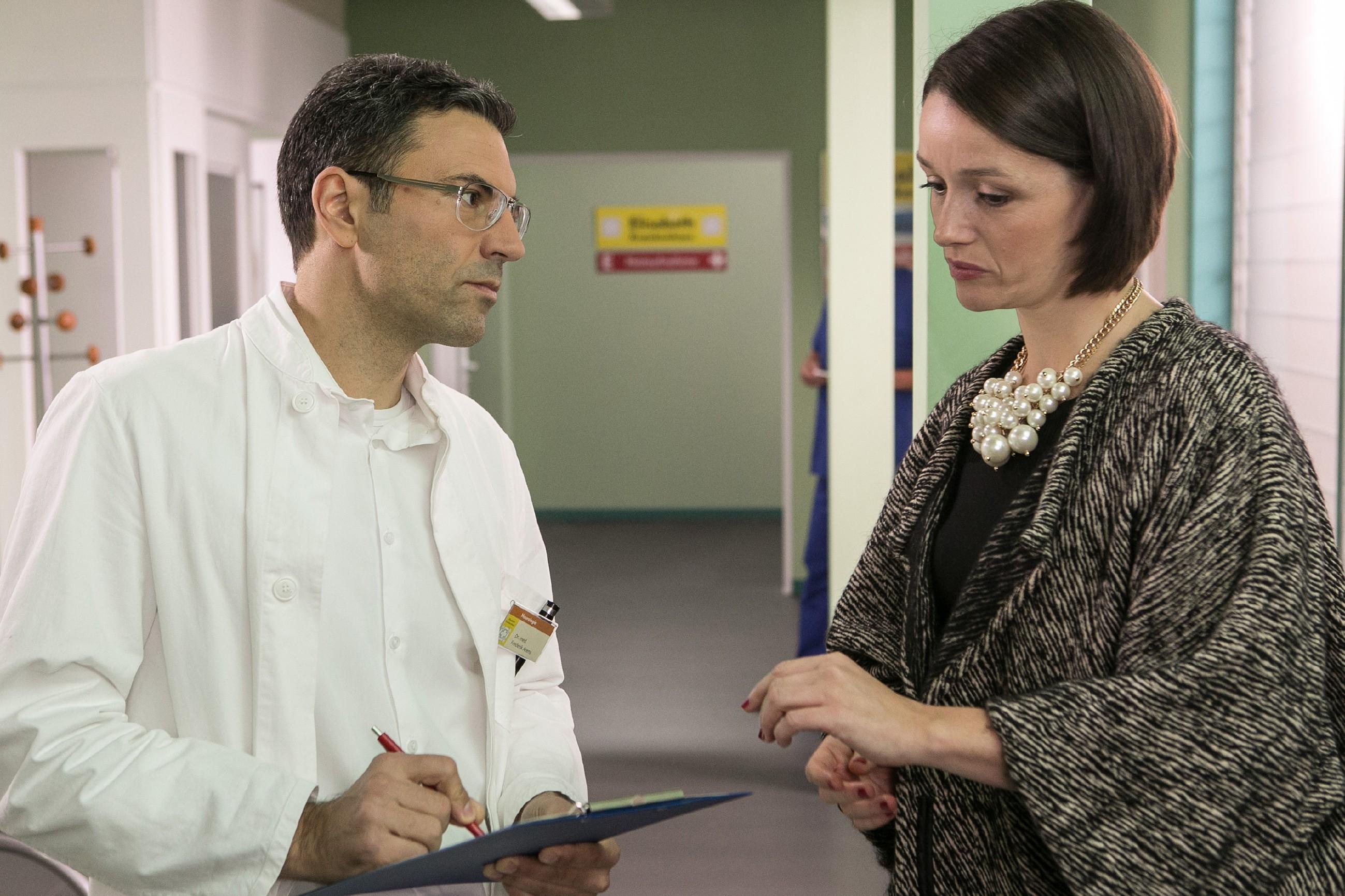 Jenny (Kaja Schmidt-Tychsen) bangt um Veits Leben und hofft, dass der behandelnde Arzt Dr. Arens (Oliver Stadel) Entwarnung geben kann. (Quelle: RTL / Kai Schulz)