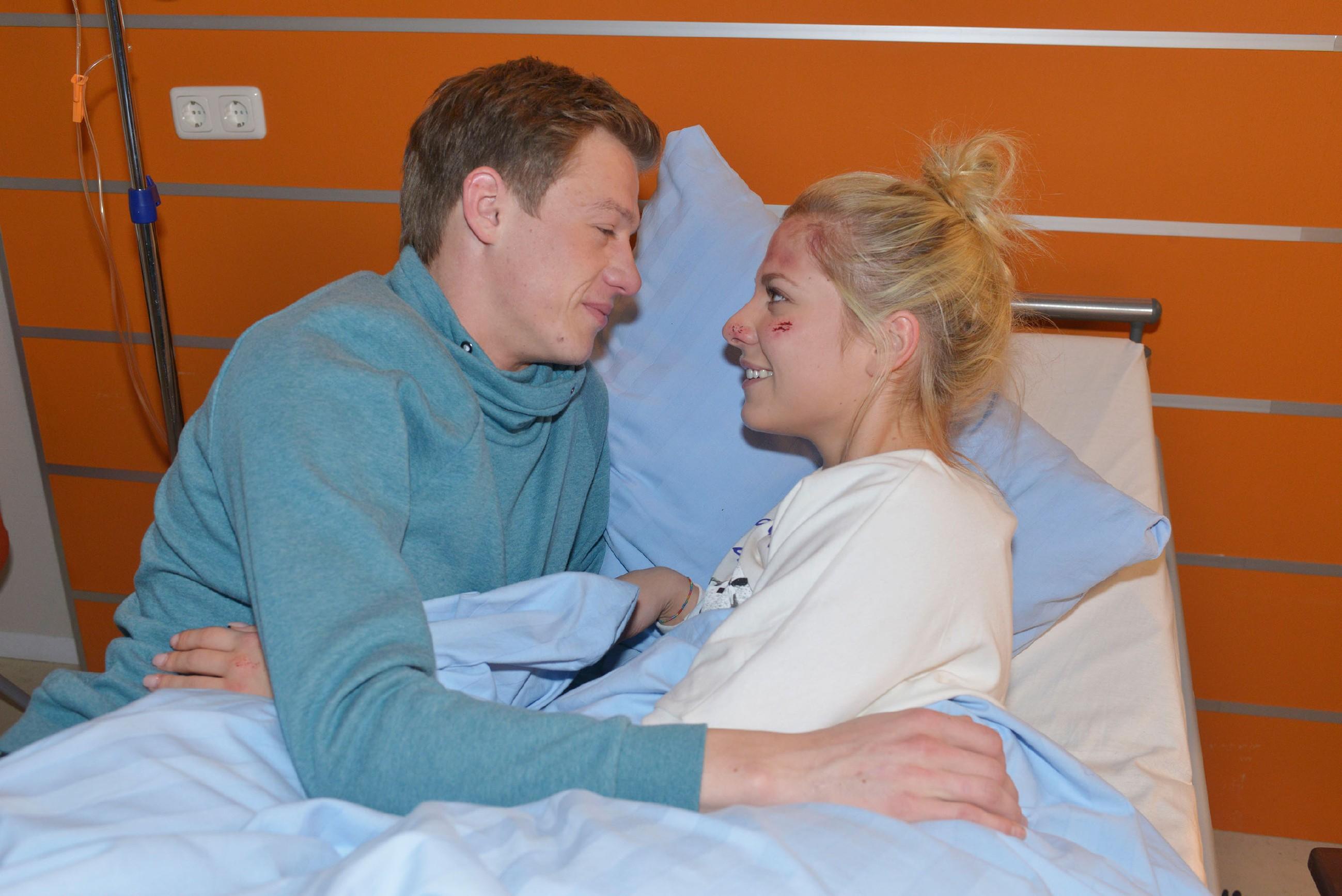 Sunny (Valentina Pahde) hat Vinces (Vincent Krüger) Heiratsantrag überglücklich angenommen und will sich ihre Freude von ihren Familien nicht nehmen lassen.