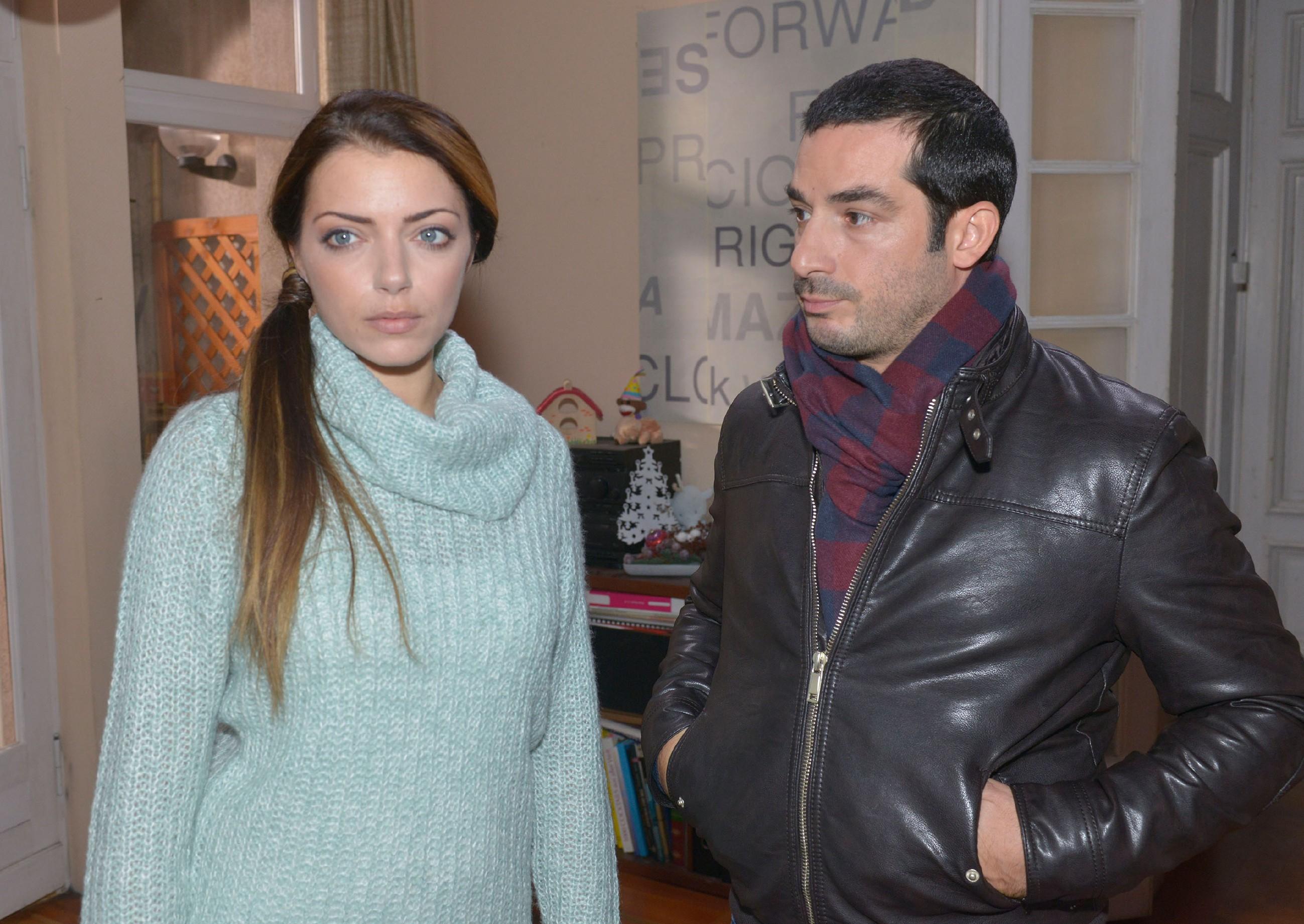 Tayfun (Tayfun Baydar) ist überrascht, dass Emily (Anne Menden) dieses Jahr nun doch das Weihnachtsfest ausfallen lassen möchte. (Quelle: RTL / Rolf Baumgartner)