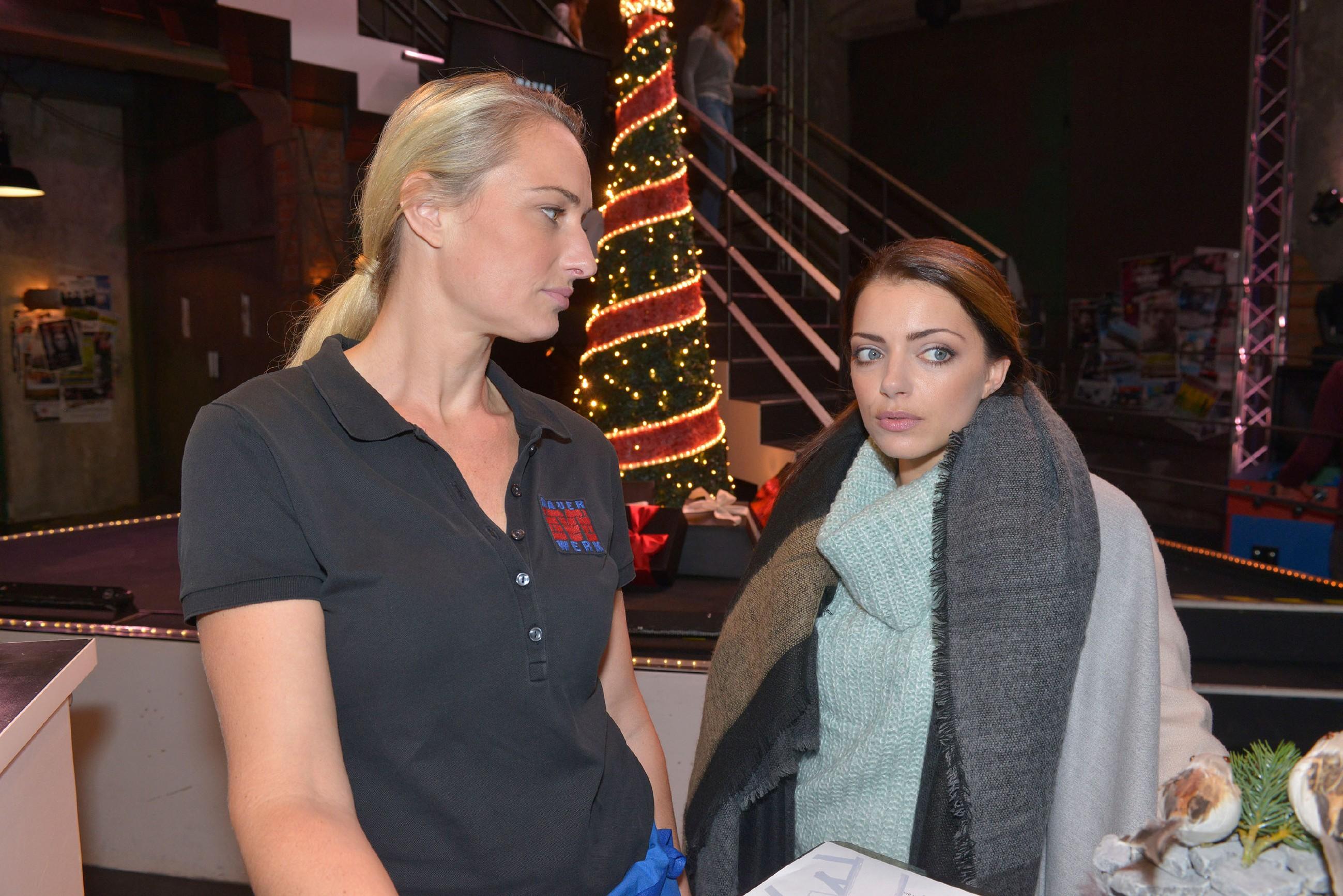 Maren (Eva Mona Rodekirchen, l.) und Emily (Anne Menden) stellen fest, dass sie sich langsam an ihre neuen Lebenssituationen gewöhnen. (Quelle: RTL / Rolf Baumgartner)